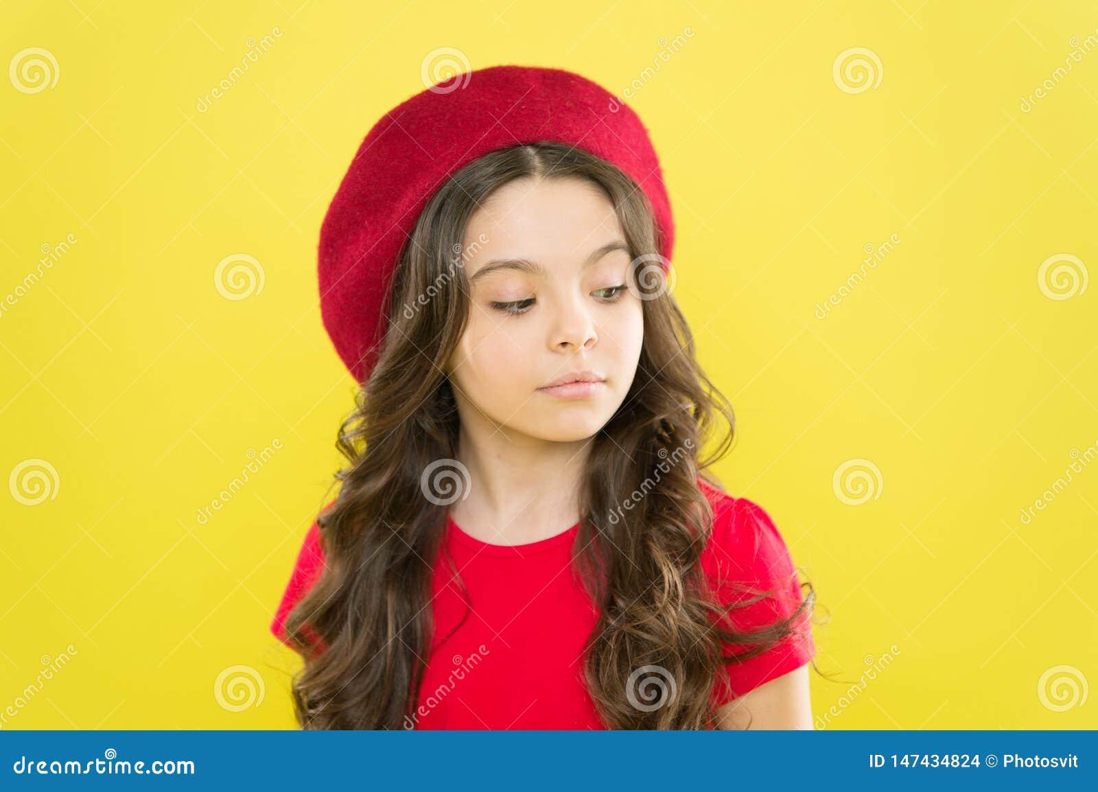 L?ngt sunt skinande h?r f?r ungeflicka G?ra perfekt krullning Gullig framsida f?r unge med den f?rtjusande lockiga hatten f?r fri