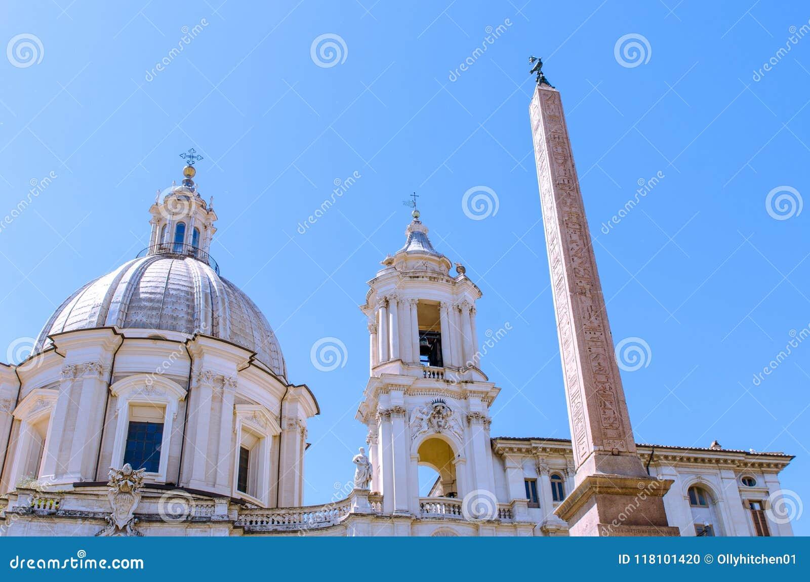 L obélisque égyptien dans Piazza Navona, Rome, avec le dôme et le b