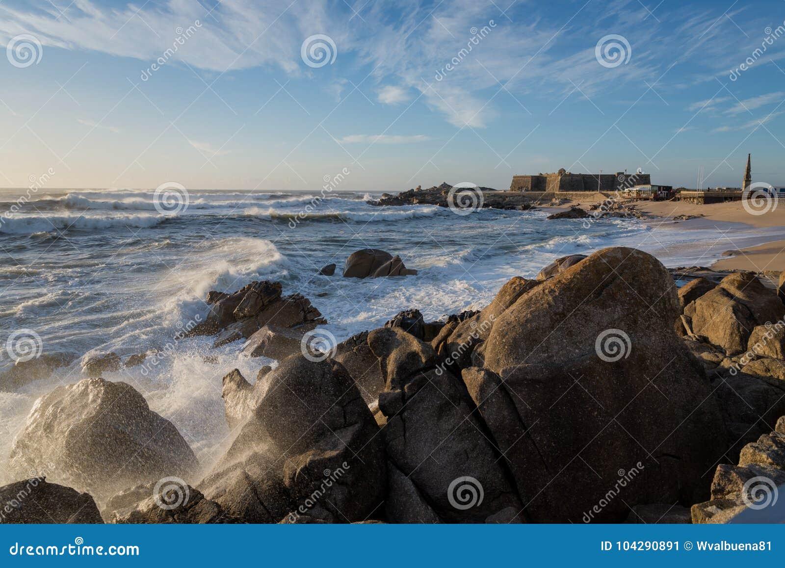 L Oceano Atlantico nella riva del nord del Portogallo