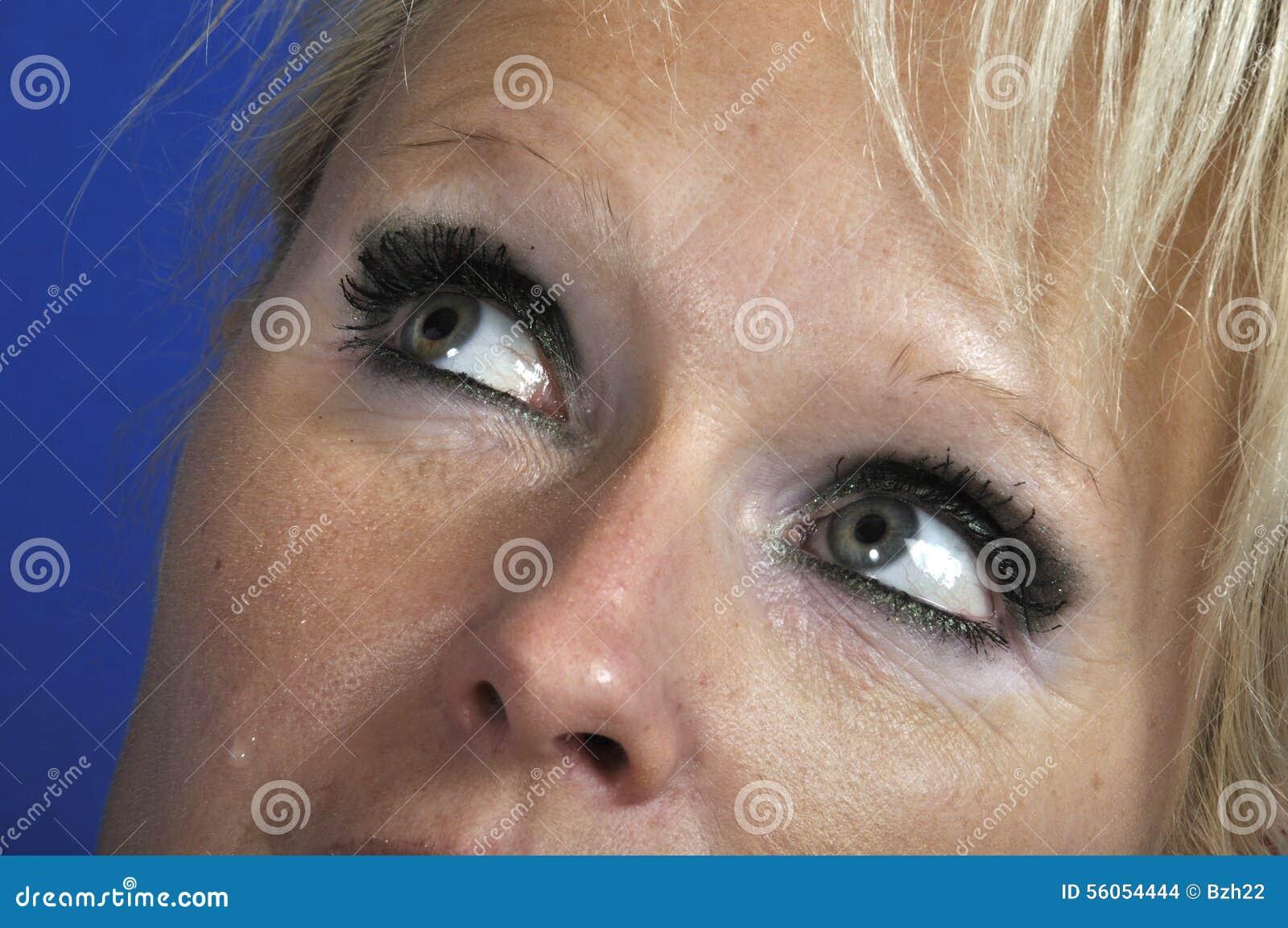 Femme En Larme l'oeil de la femme avec la larme photo stock - image du people