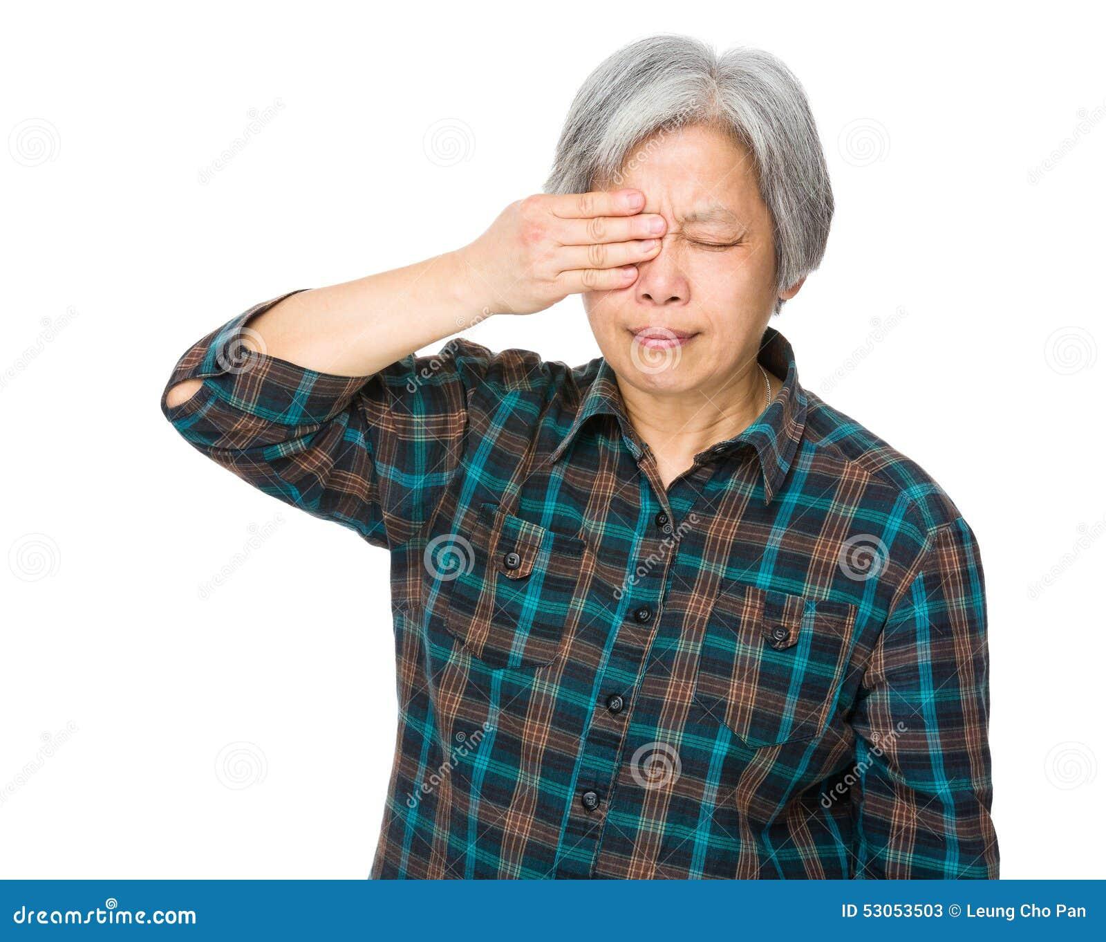 L oeil de sensation de dame âgée a obtenu la douleur