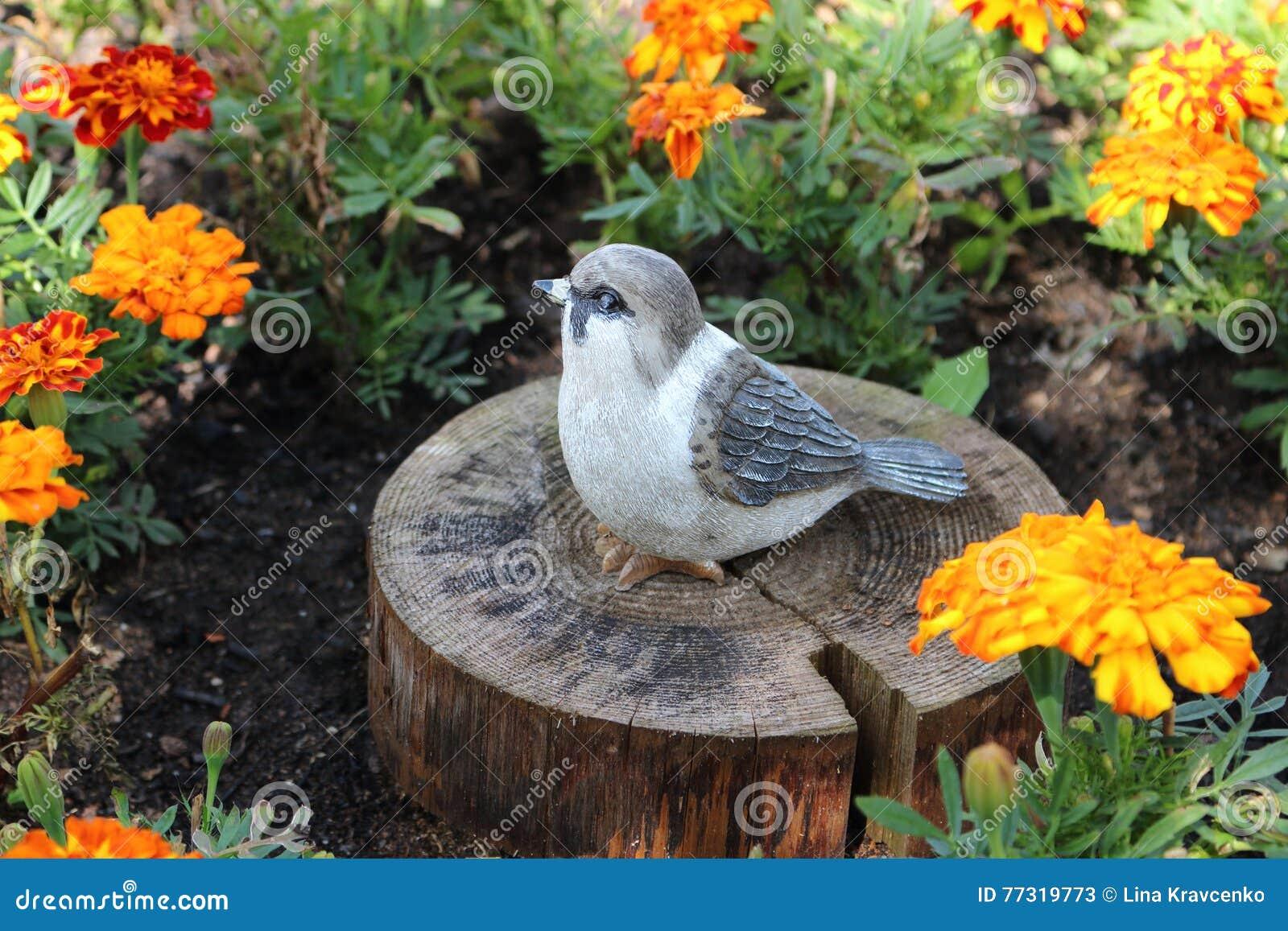 L 39 oiseau une d coration dans le jardin d 39 une maison de campagne image stock image du vert for Blog deco maison jardin campagne