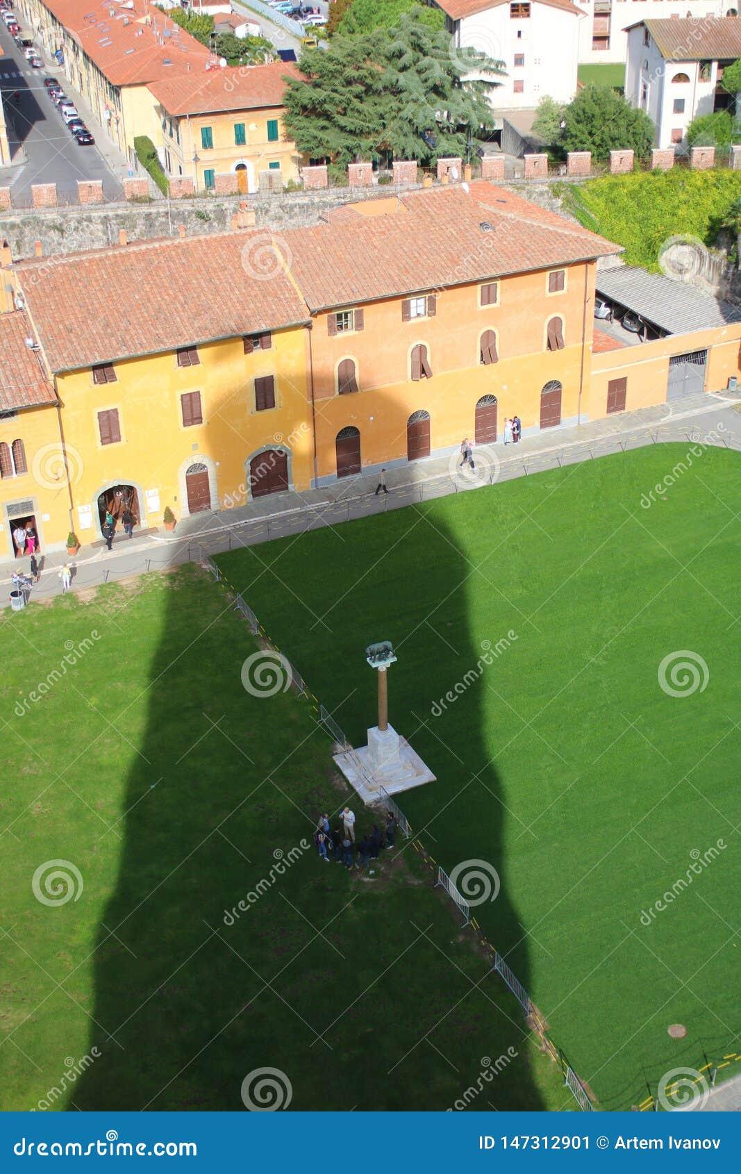 L ombra gigante della torre dei telai di Pisa sopra le case e le vie