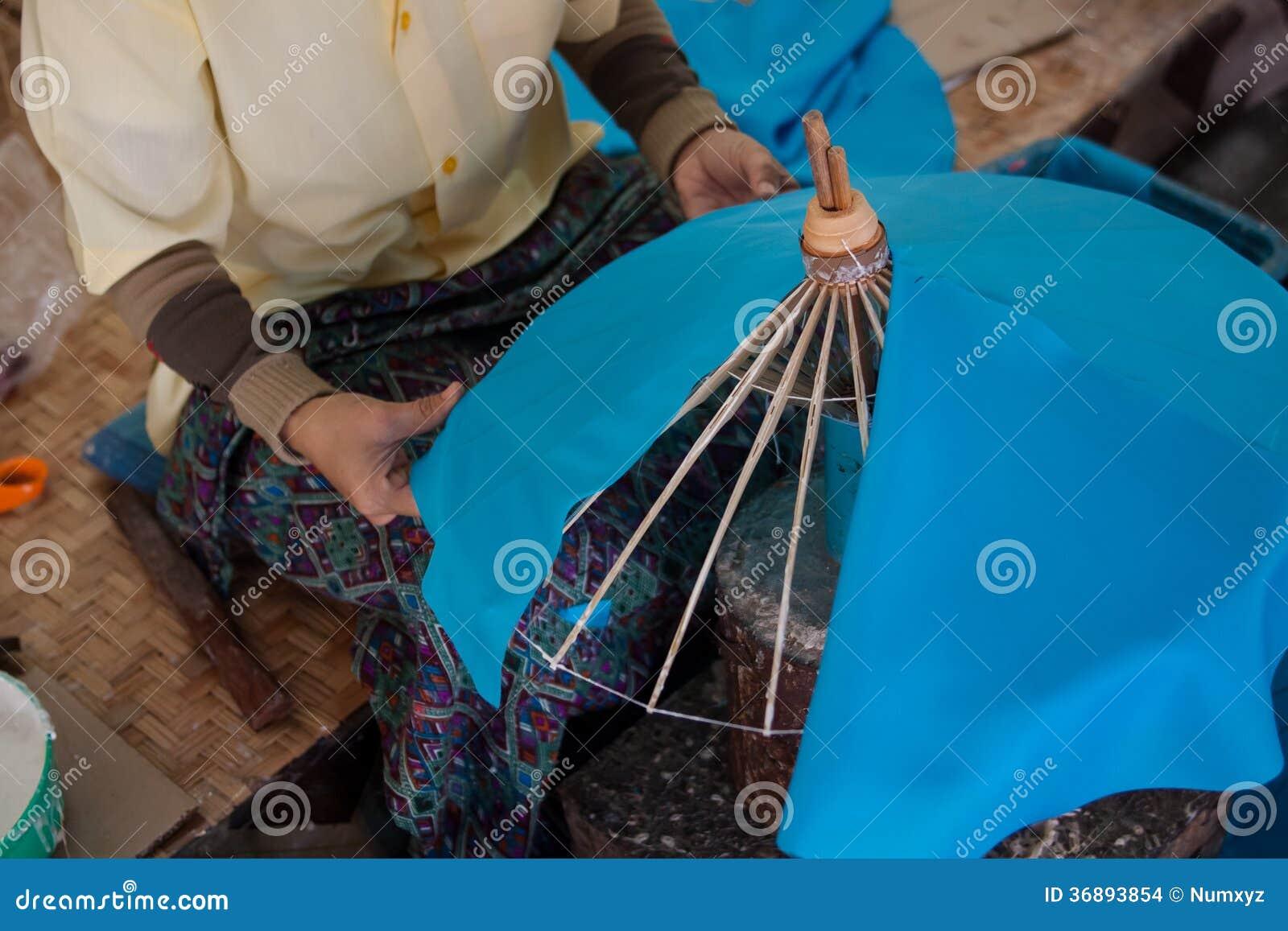 Download L'ombrello Ha Fatto La Carta Della Forma Fotografia Stock - Immagine di asia, mestiere: 36893854