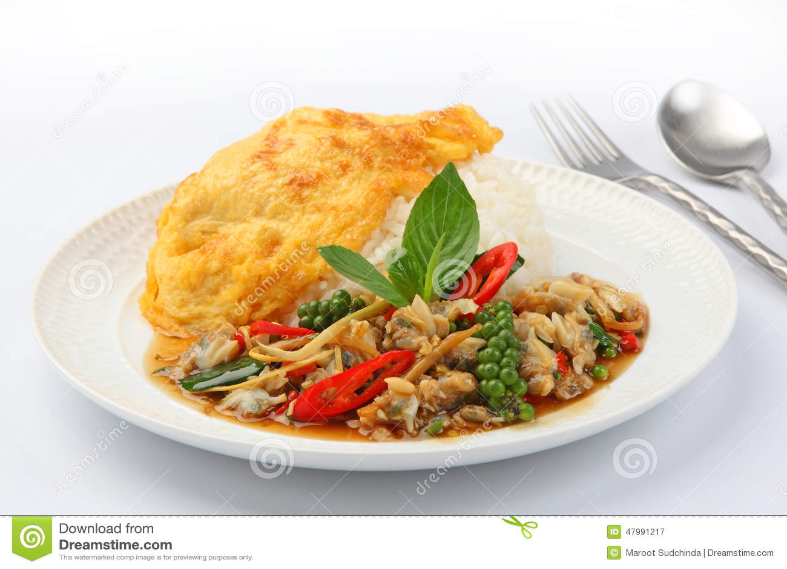 L 39 omelette frite a compl t sur le riz avec pic frit avec des palourdes photo stock image - Absorber l humidite avec du riz ...