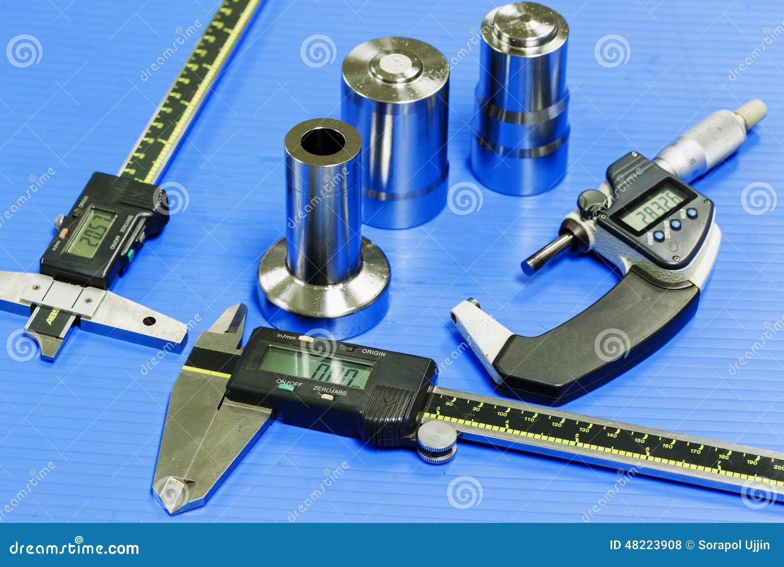 L opérateur préparent l appareil de mesure au moule d inspection et meurent