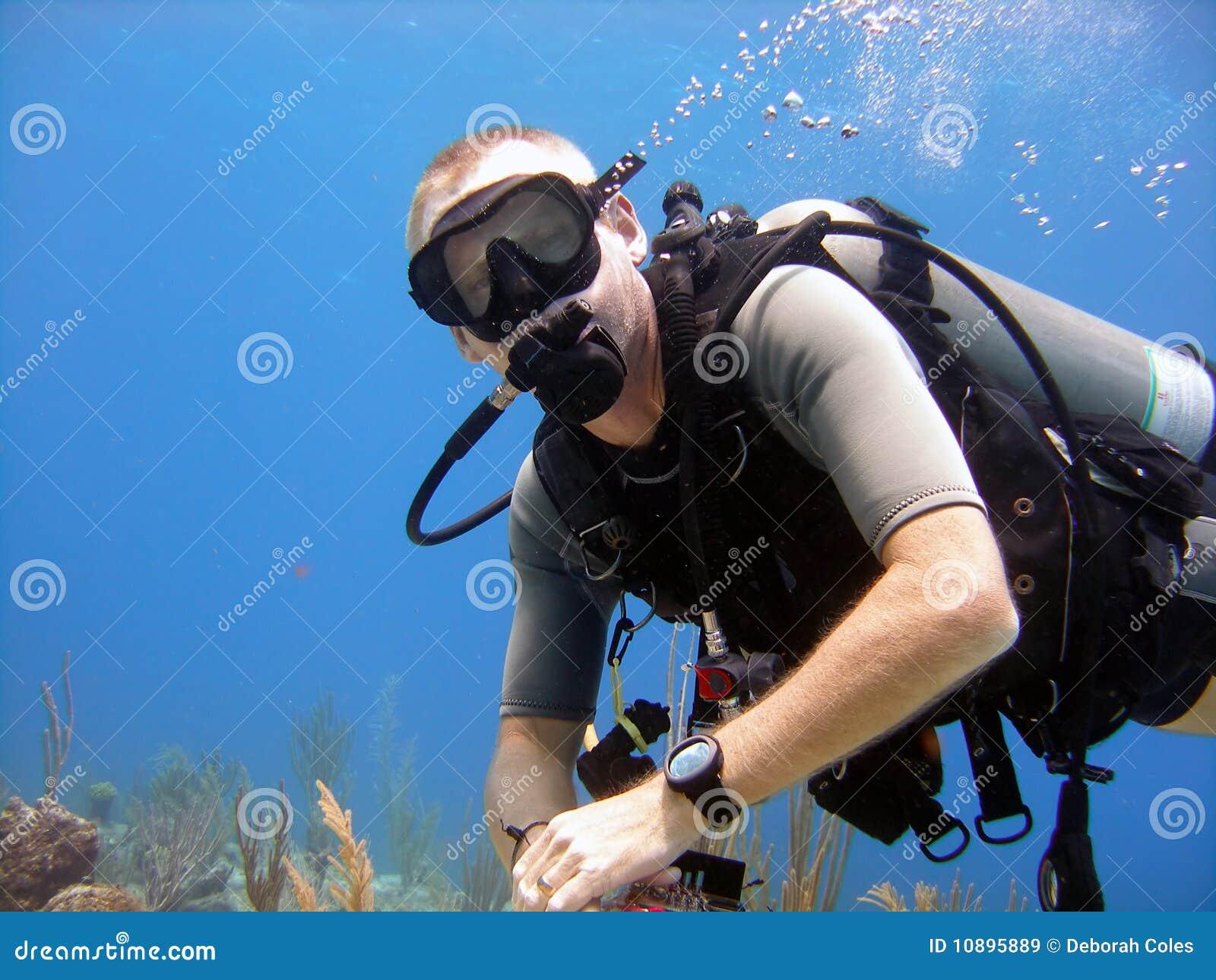 L operatore subacqueo gode di un tuffo pieno di sole