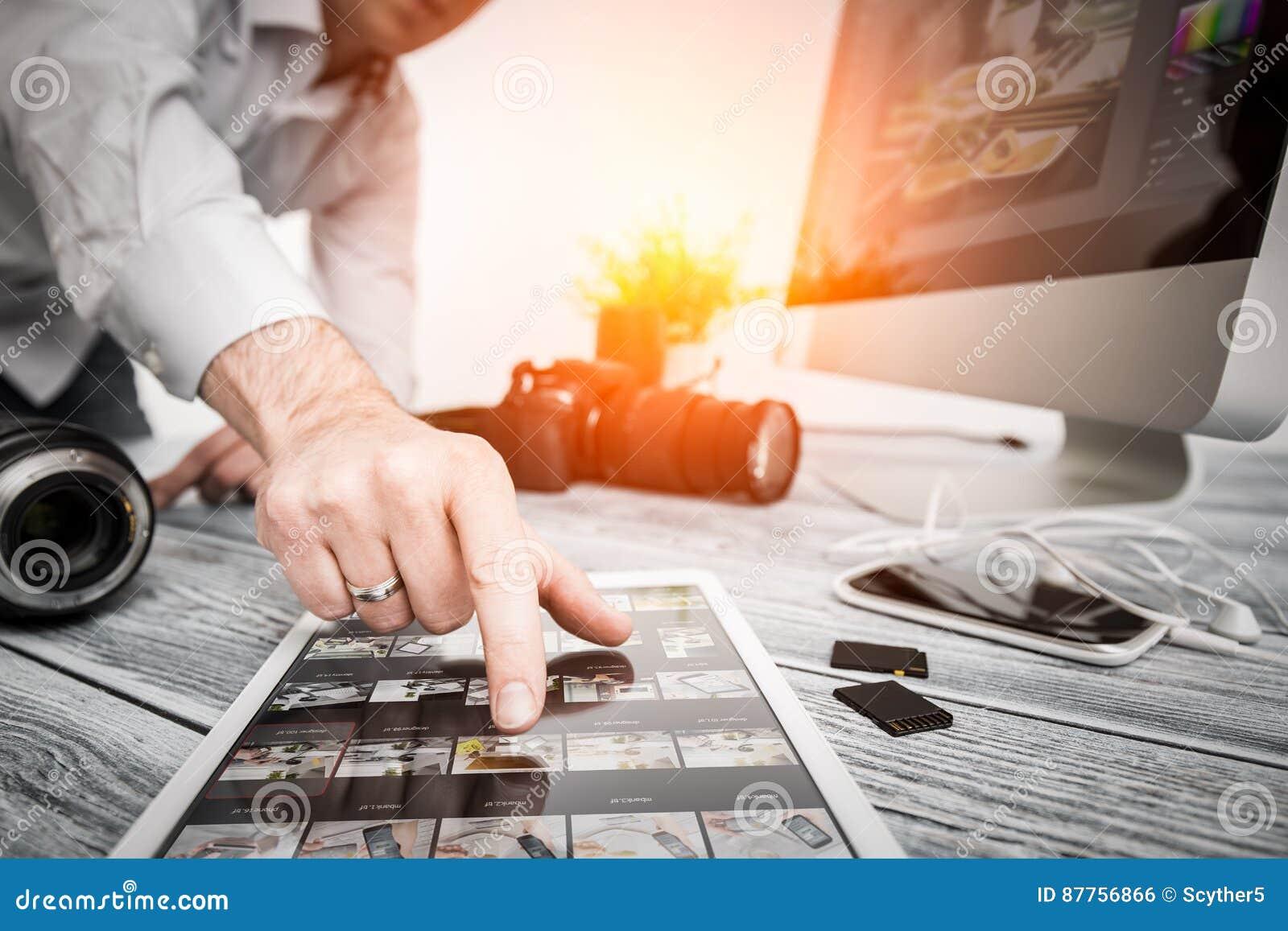 L ordinateur de photographes avec la photo éditent des programmes