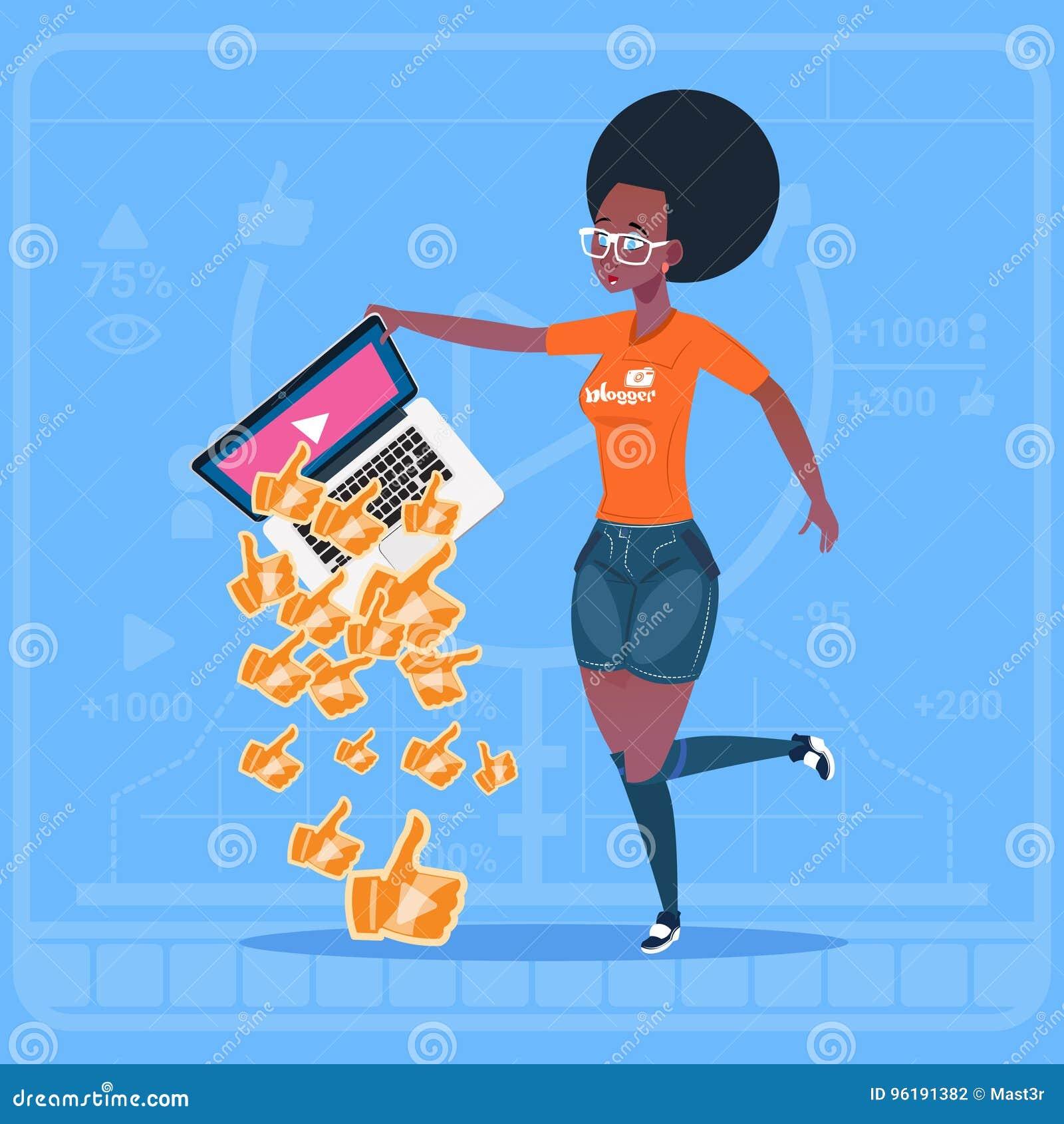 L ordinateur portable de prise de fille d afro-américain avec le pouce vers le haut de la Manche populaire de Blogger de créateur