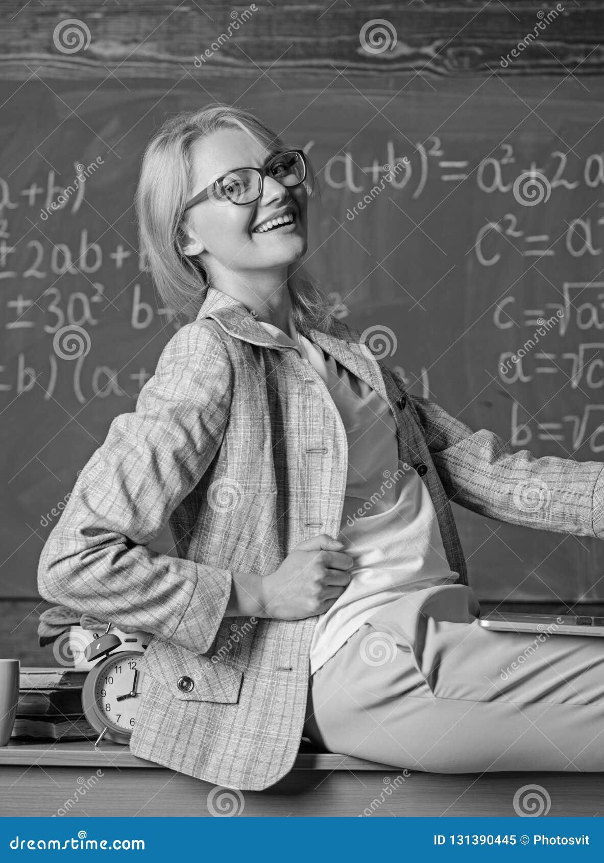 L ordinateur portable de prise de professeur de femme reposent le fond de tableau de salle de classe de table Professeur de génér