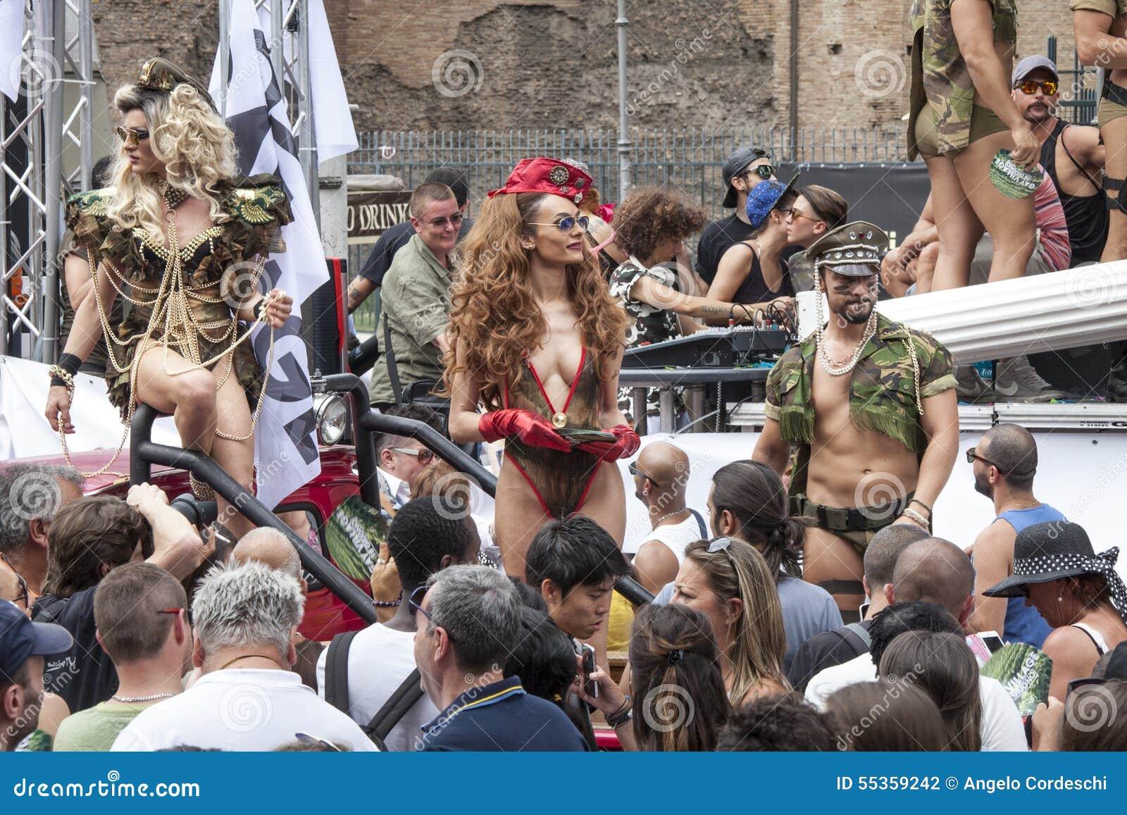L orgoglio di Roma 2015 - gay Pride Italy - folle dei partecipanti e parata galleggia