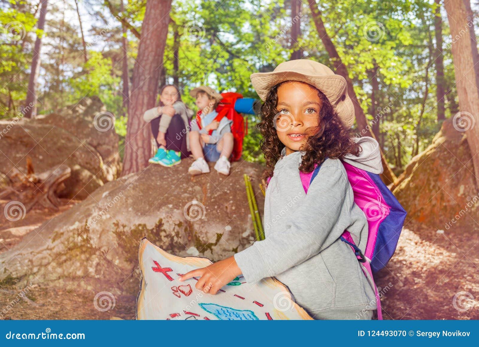 L orientamento del campeggio estivo scherza le attività in foresta