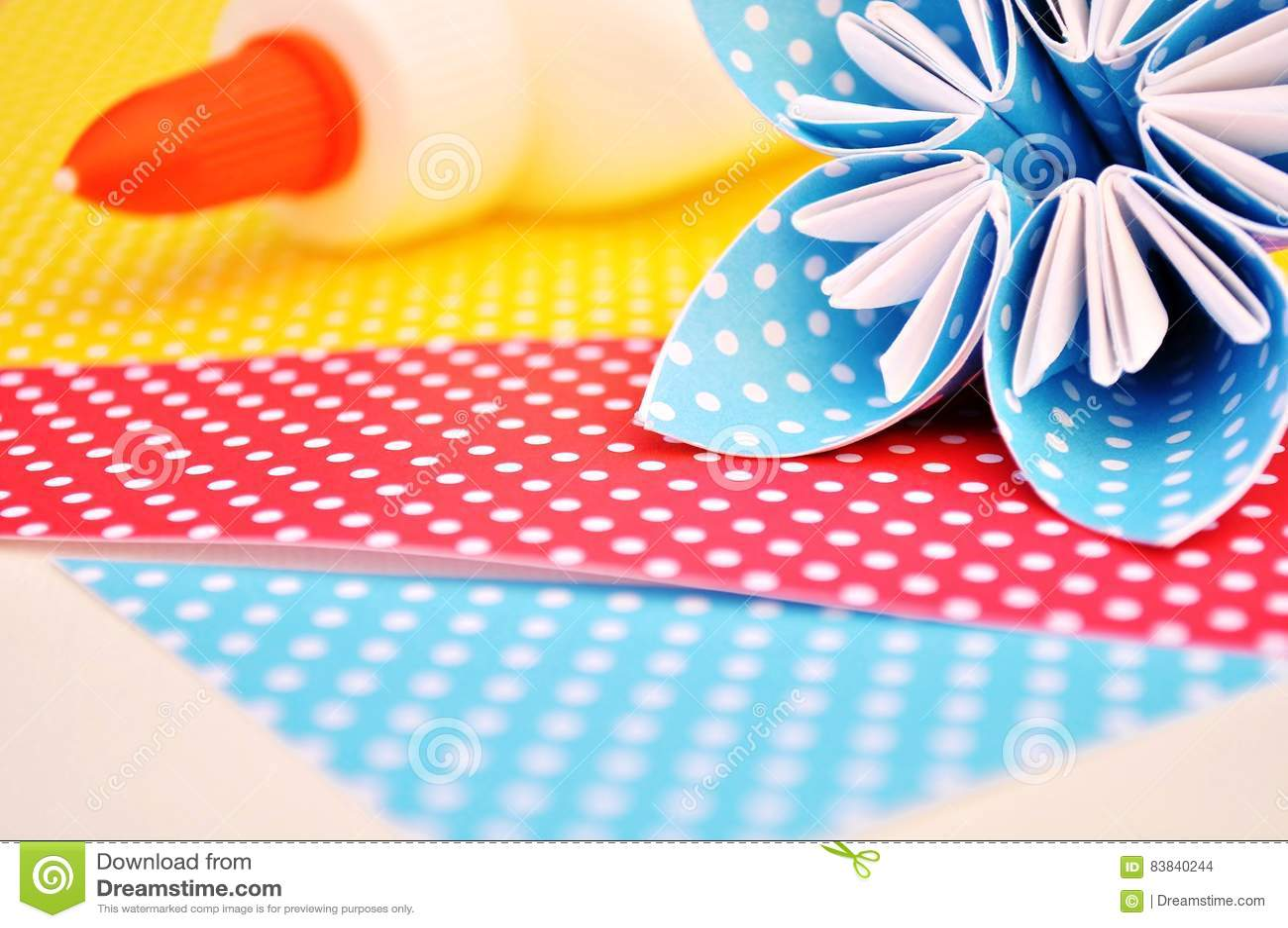 L origami bleu fleurit et colle la bouteille sur le fond pointillé