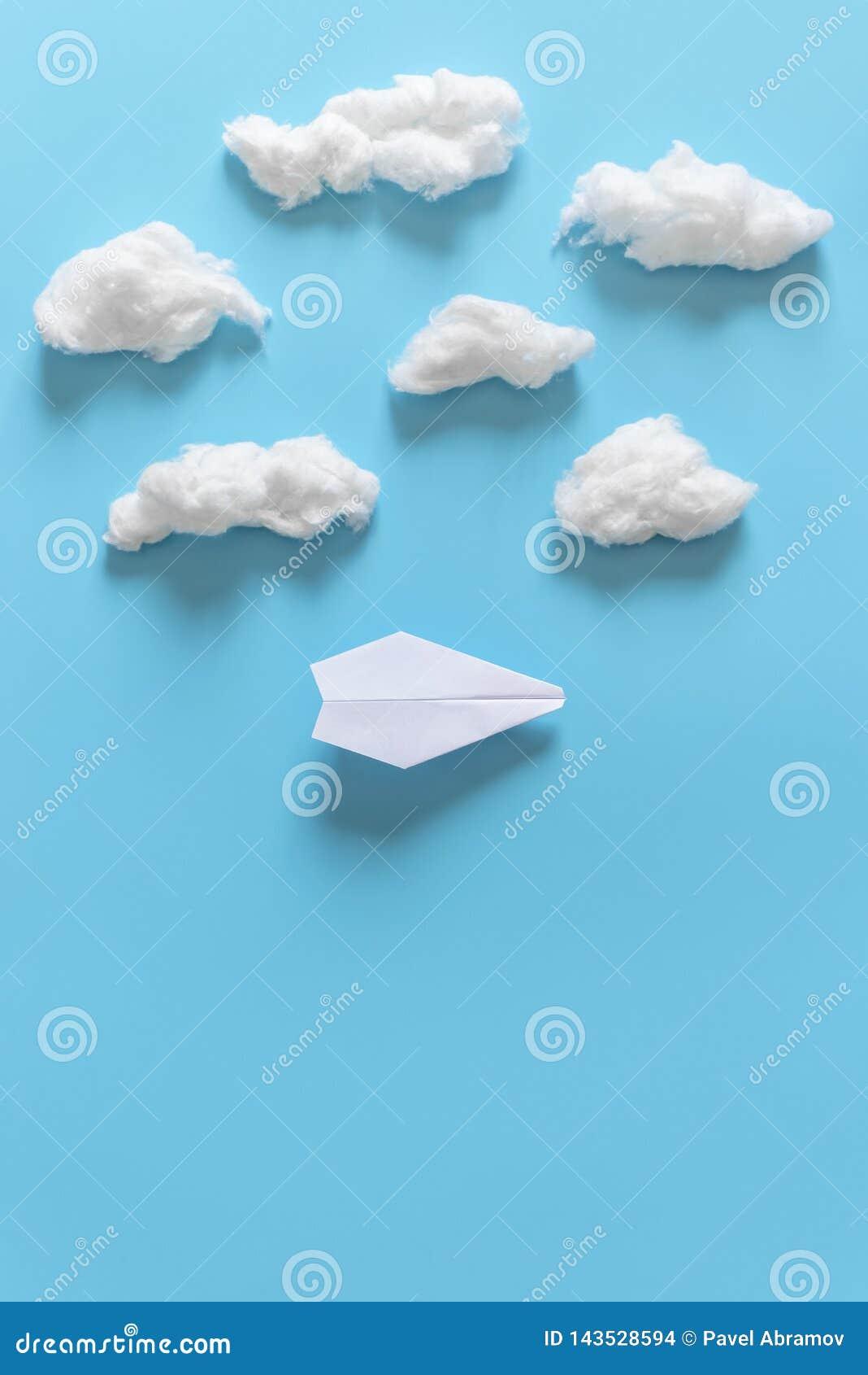 L origami de papier surface parmi les nuages blancs sur le fond bleu Copiez l espace pour le texte