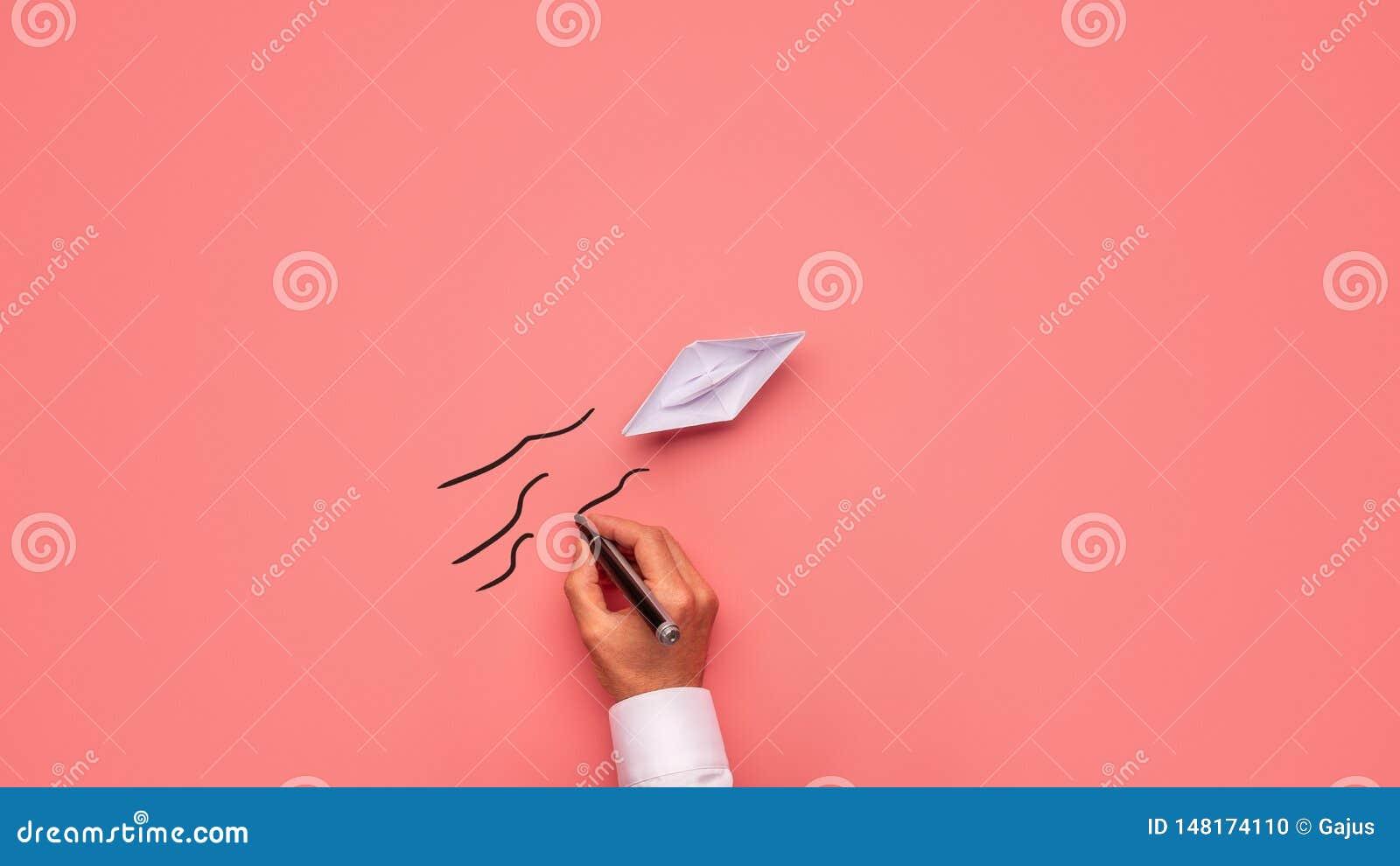 L Origami A Fait Le Bateau De Papier Sur Un Fond Rose Photo Stock Image Du Rose Fond 148174110