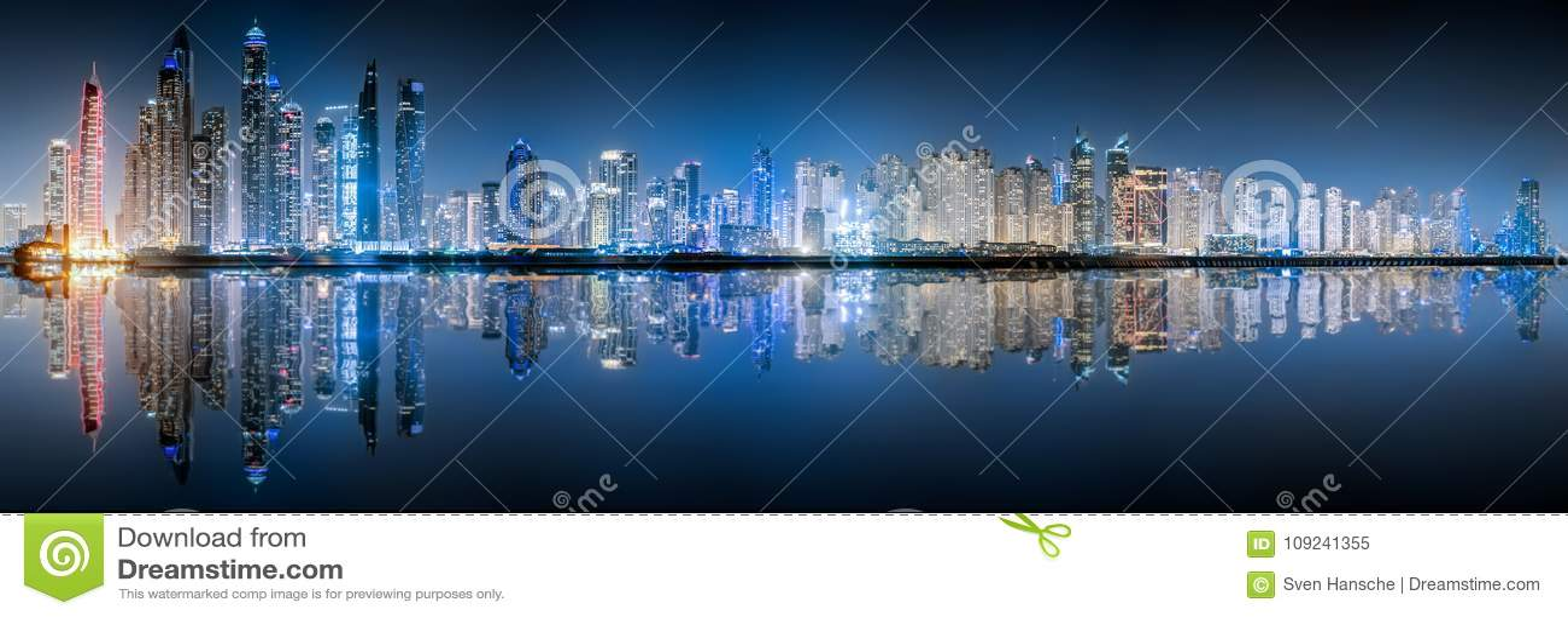 L orizzonte del porticciolo del Dubai di notte