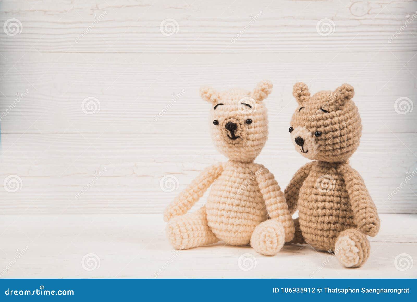 L orsacchiotto delle coppie con cuore rosso lavora all uncinetto tricottare fatto a mano, l amore ed il concetto del biglietto di