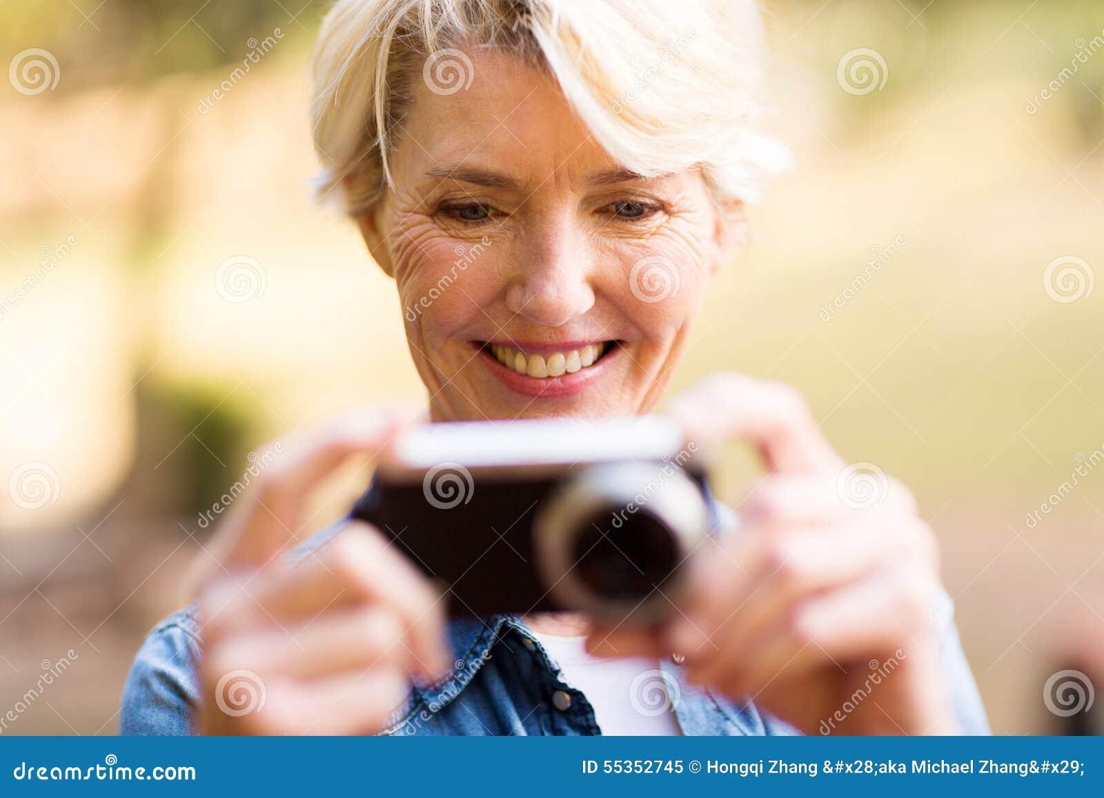 L osservazione della donna rappresenta la macchina fotografica