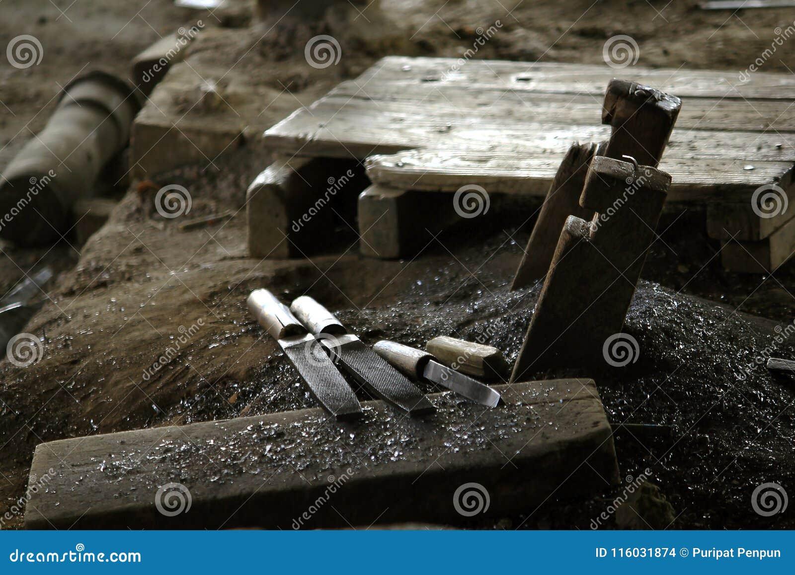 L outil de pierre à aiguiser est placé sur le plancher