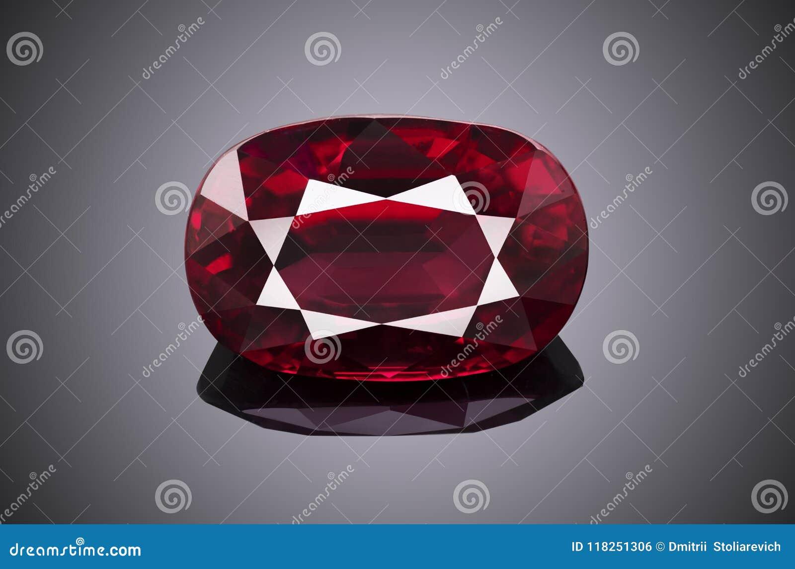 L ovale de scintillement transparent rouge de luxe de forme de pierre gemme a coupé le rubis d isolement sur le fond gris