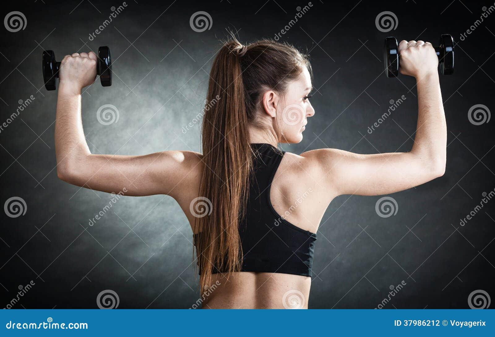 l paule de formation de fille de forme physique muscles les haltres de levage de retour