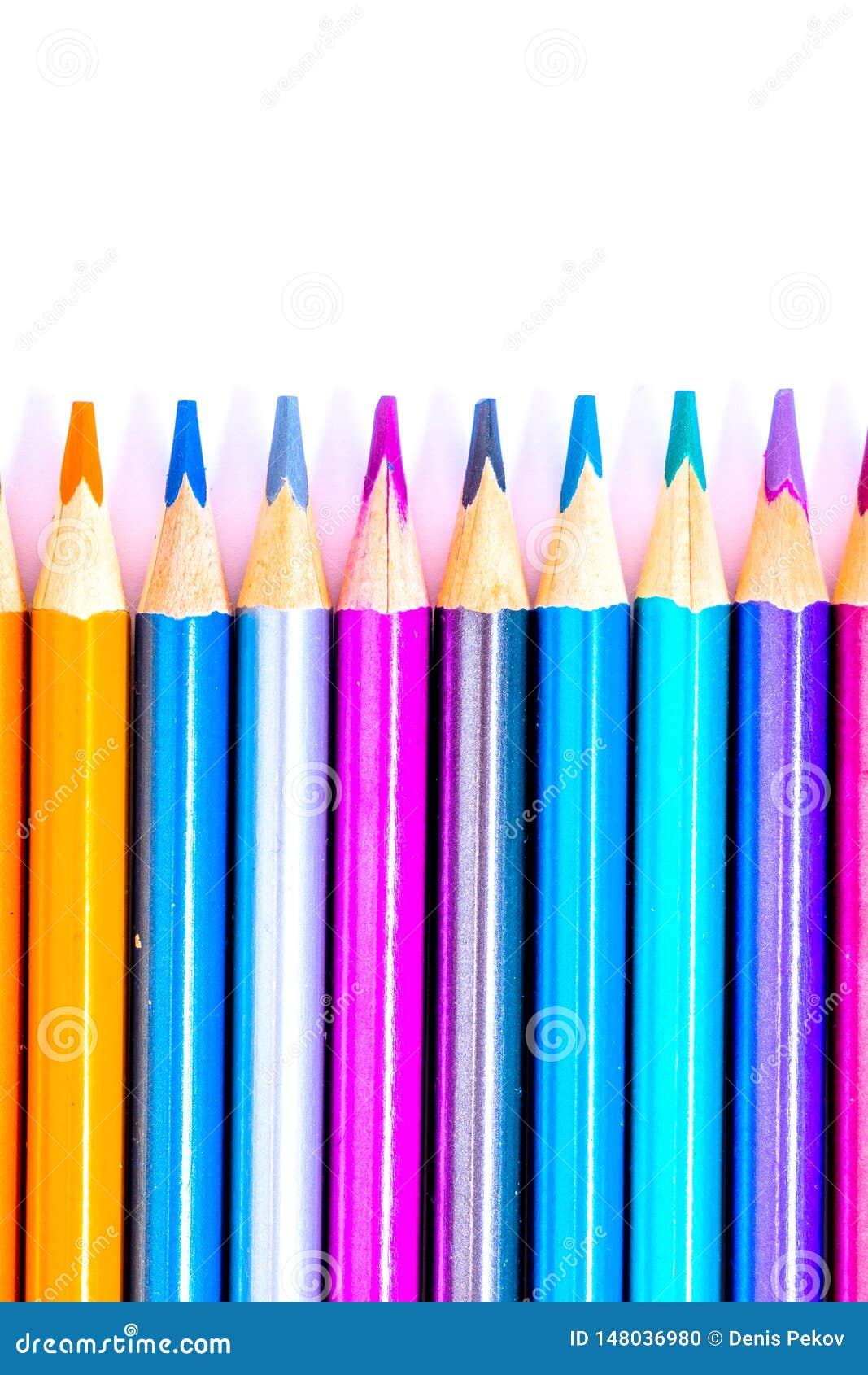 L?pis brancos, coloridos bonitos ajustados do l?pis coloridos no fundo branco Logo ? escola De volta ? escola
