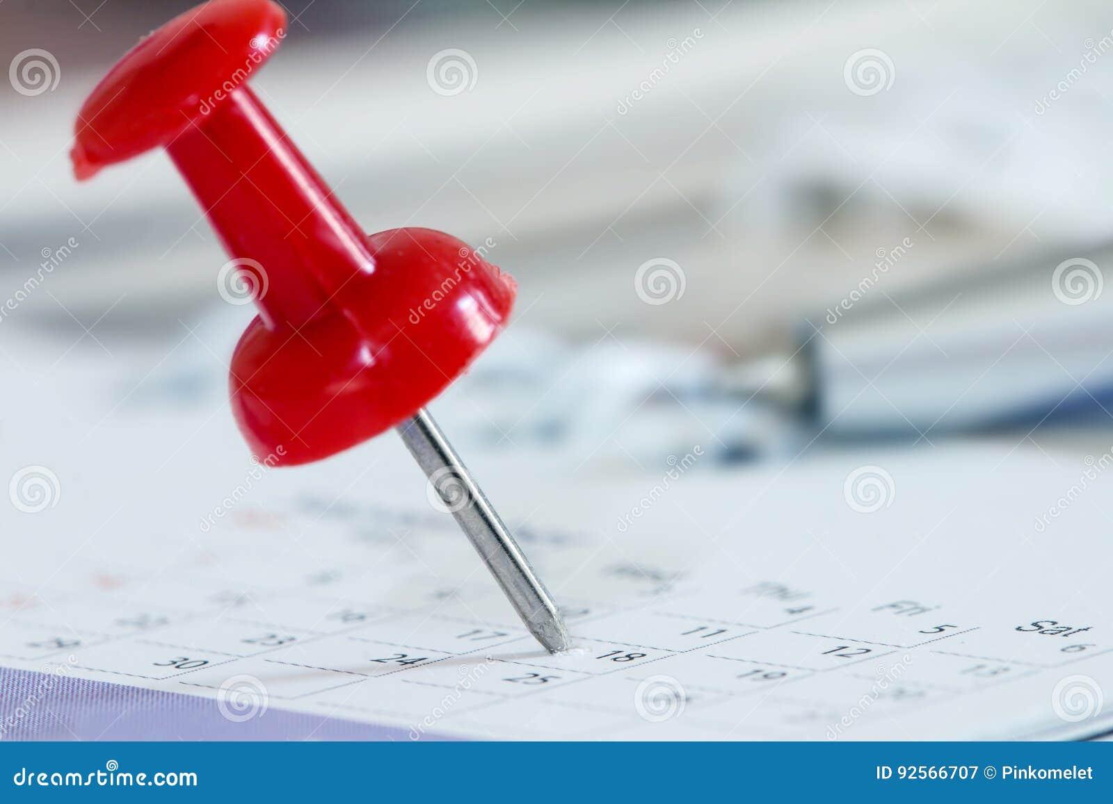 L a pressione rosso alla pagina del calendario per ricorda a e vigilia importante segnata
