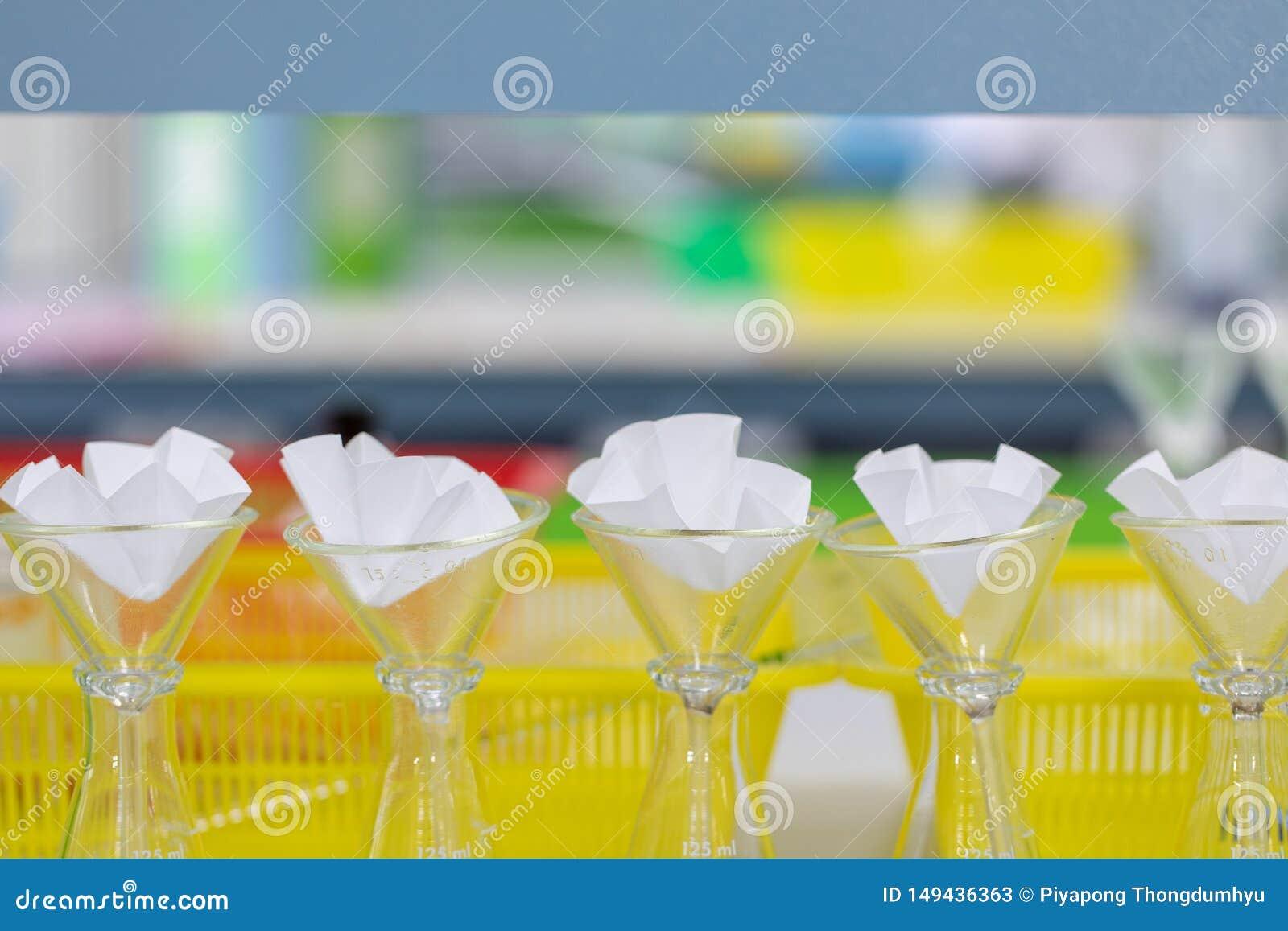 L ?tude s?parant par filtration les substances composantes du m?lange liquide