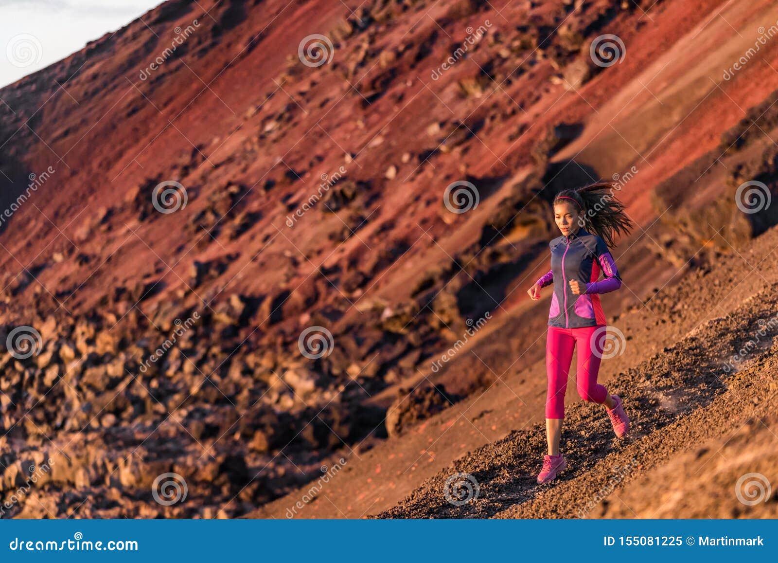 L?uferathlet, der auf Gebirgspfad l?uft Eignungstraining des Athleten der jungen Frau ultra Lauflaufendes Gesunder und aktiver Le