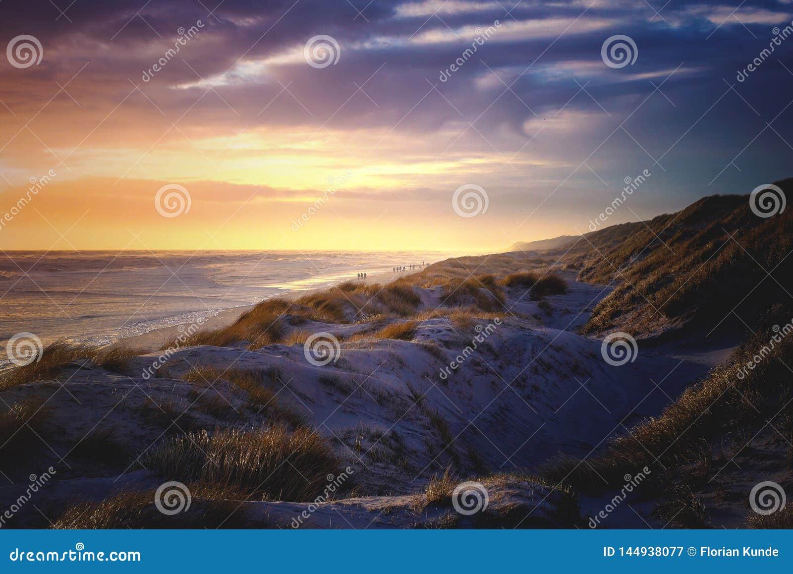 L ultima luce uguagliante al mare del Nord