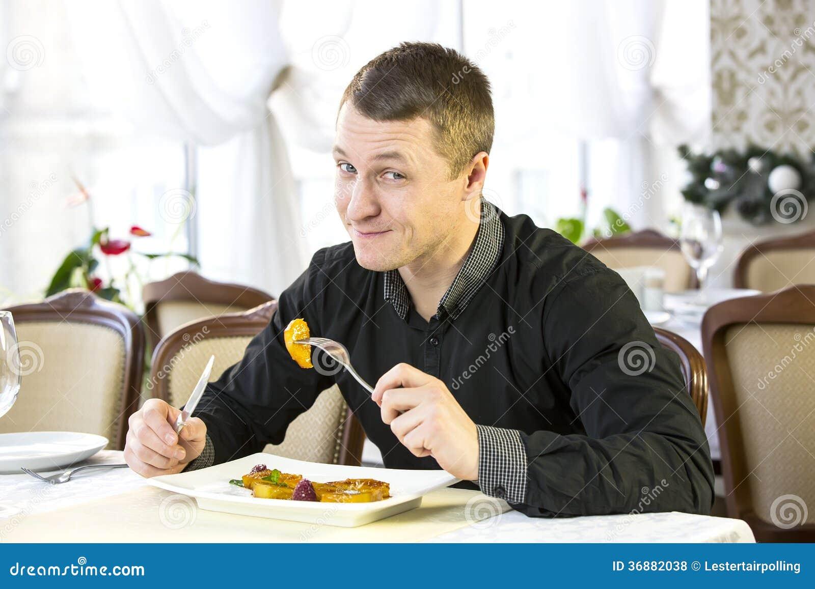 Download L'un giovane pranza fotografia stock. Immagine di avendo - 36882038