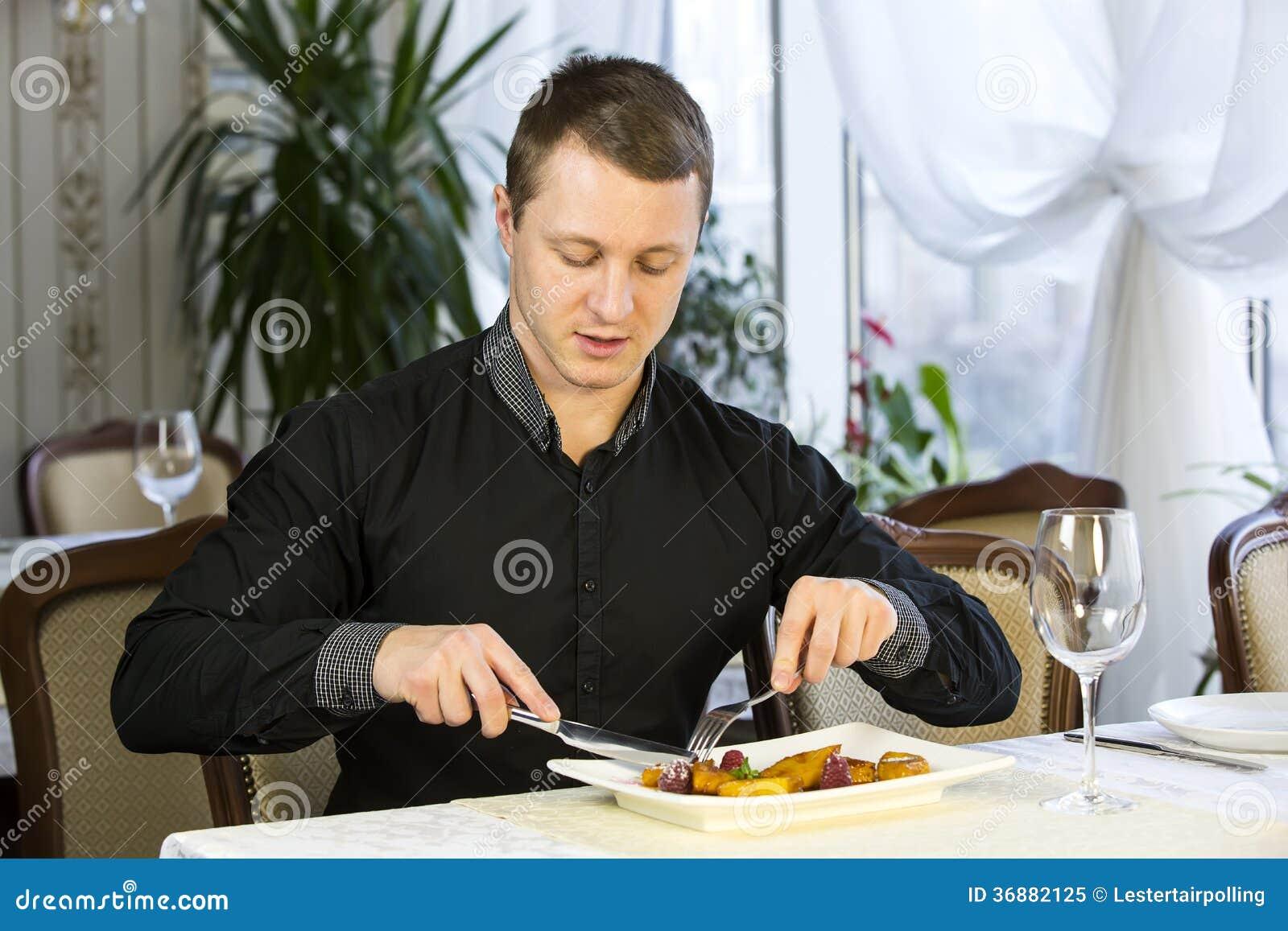 Download L'un giovane pranza immagine stock. Immagine di boyfriend - 36882125