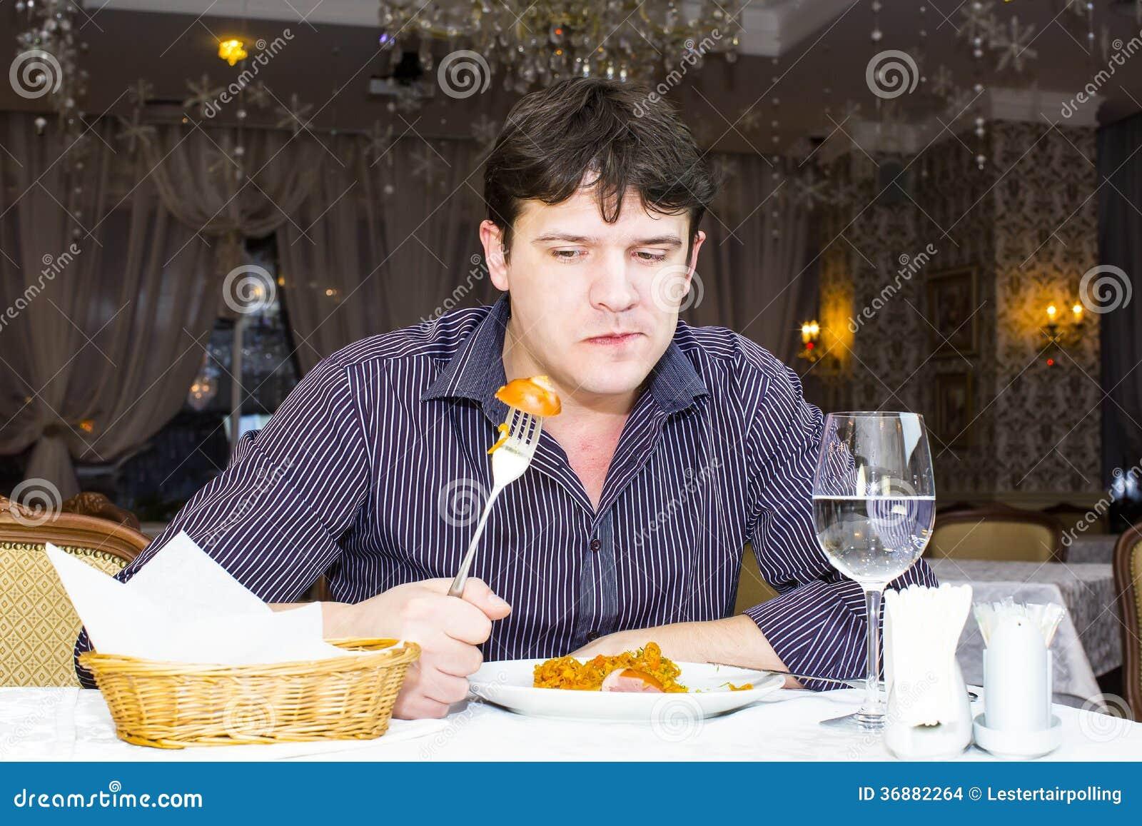 Download L'un giovane pranza fotografia stock. Immagine di uomo - 36882264