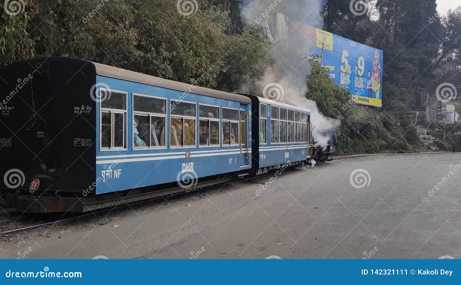 L Unesco ha mantenuto uno del treno del giocattolo del patrimonio mondiale di Darjeelin che è tirato dal motore a vapore