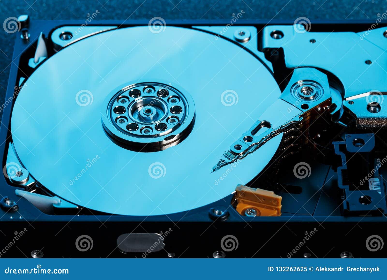 L unité de disque dur démontée à partir de l ordinateur, hdd avec l effet de miroir a ouvert l unité de disque dur du hdd d ordin