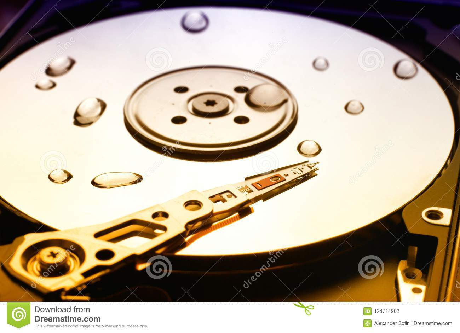 L unité de disque dur d ordinateur avec de l eau la tête de lecture et chute là-dessus