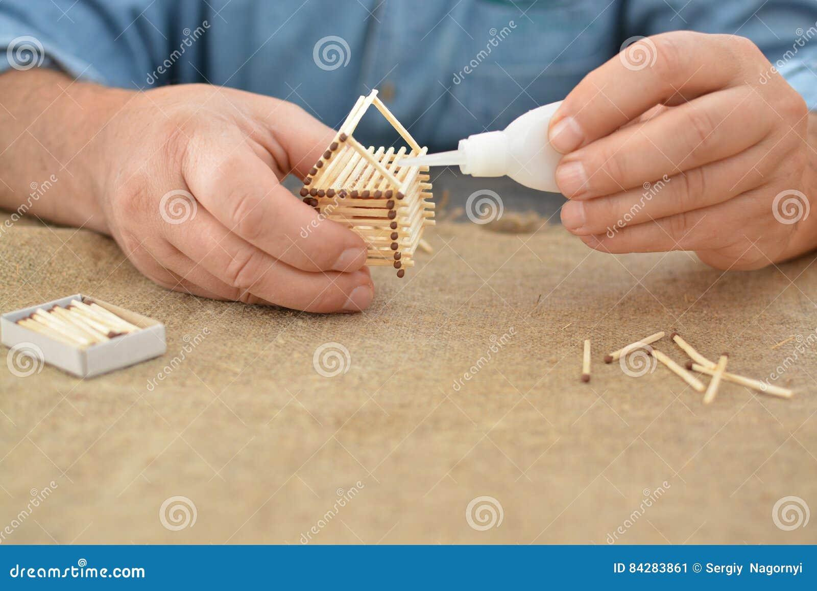 L Uomo E Impegnato Nella Casa Manuale Della Colla Del Lavoro Con Le