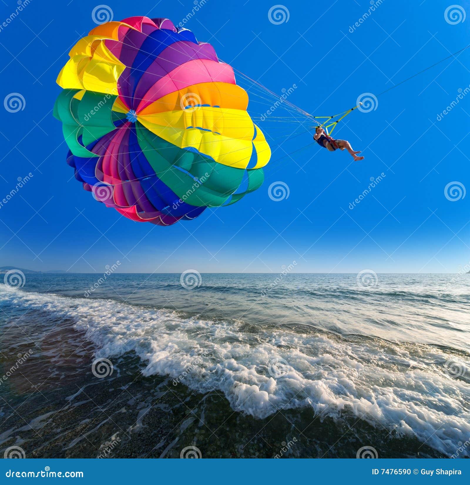L uomo è parasailing