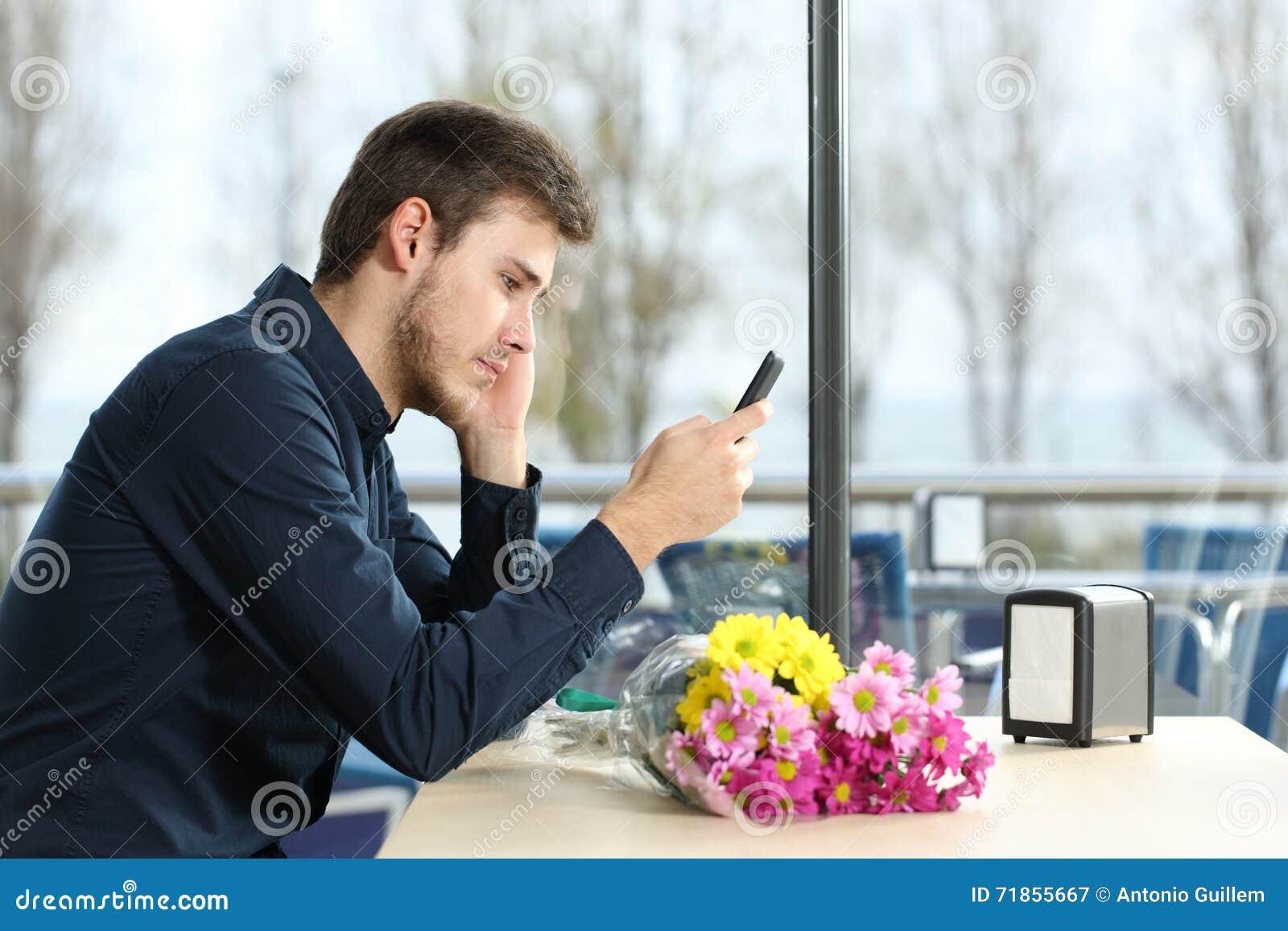L uomo è stato su in una data che controlla i messaggi di telefono