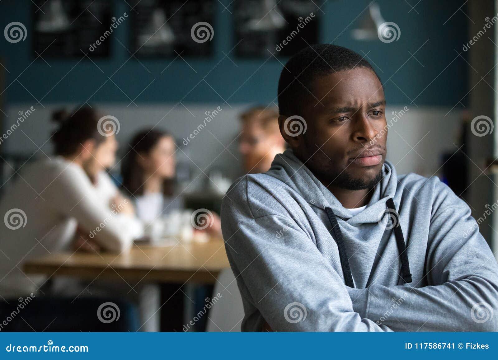 L uomo africano frustrato soffre da discriminazione razziale da solo