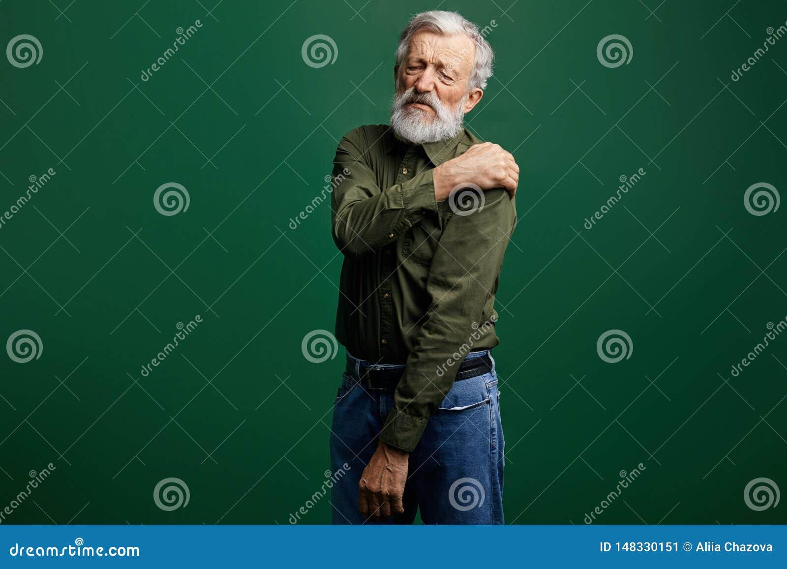 L uomo anziano malato ha dolore in collo, uomo senior ha dislocazione della spalla