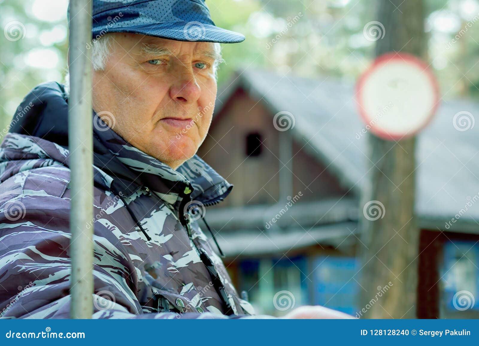 L uomo anziano pensionato custodice il territorio all aperto Necessità dei guadagni supplementari