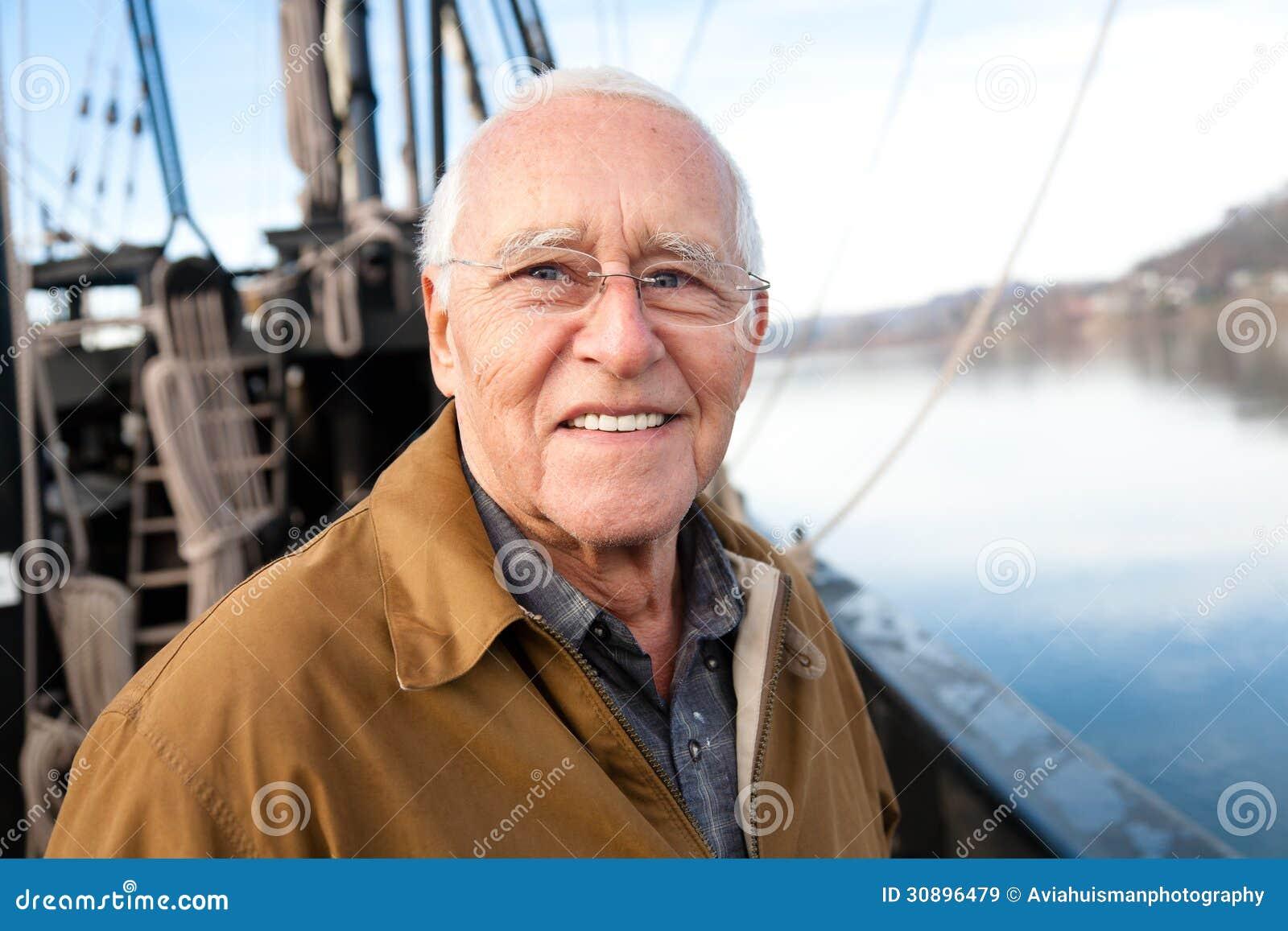 L uomo anziano sul mare