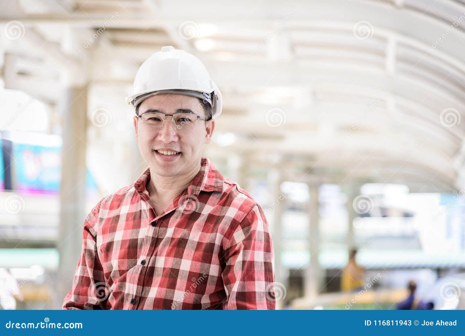 L uomo asiatico dell ingegnere e di affari con la camicia rossa di scott ha plannin