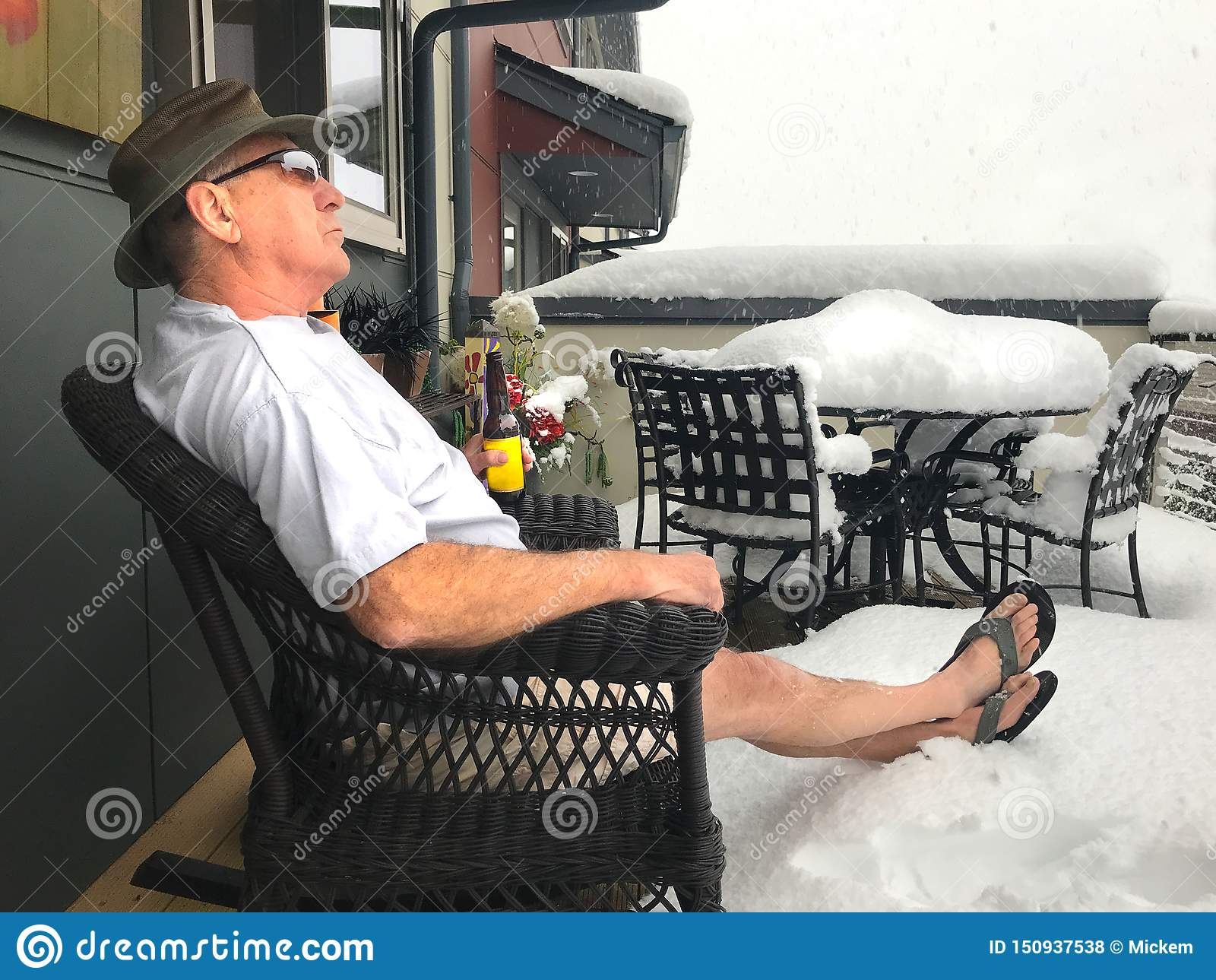 L uomo beve la birra nella tempesta della neve durante l estate di nord-ovest
