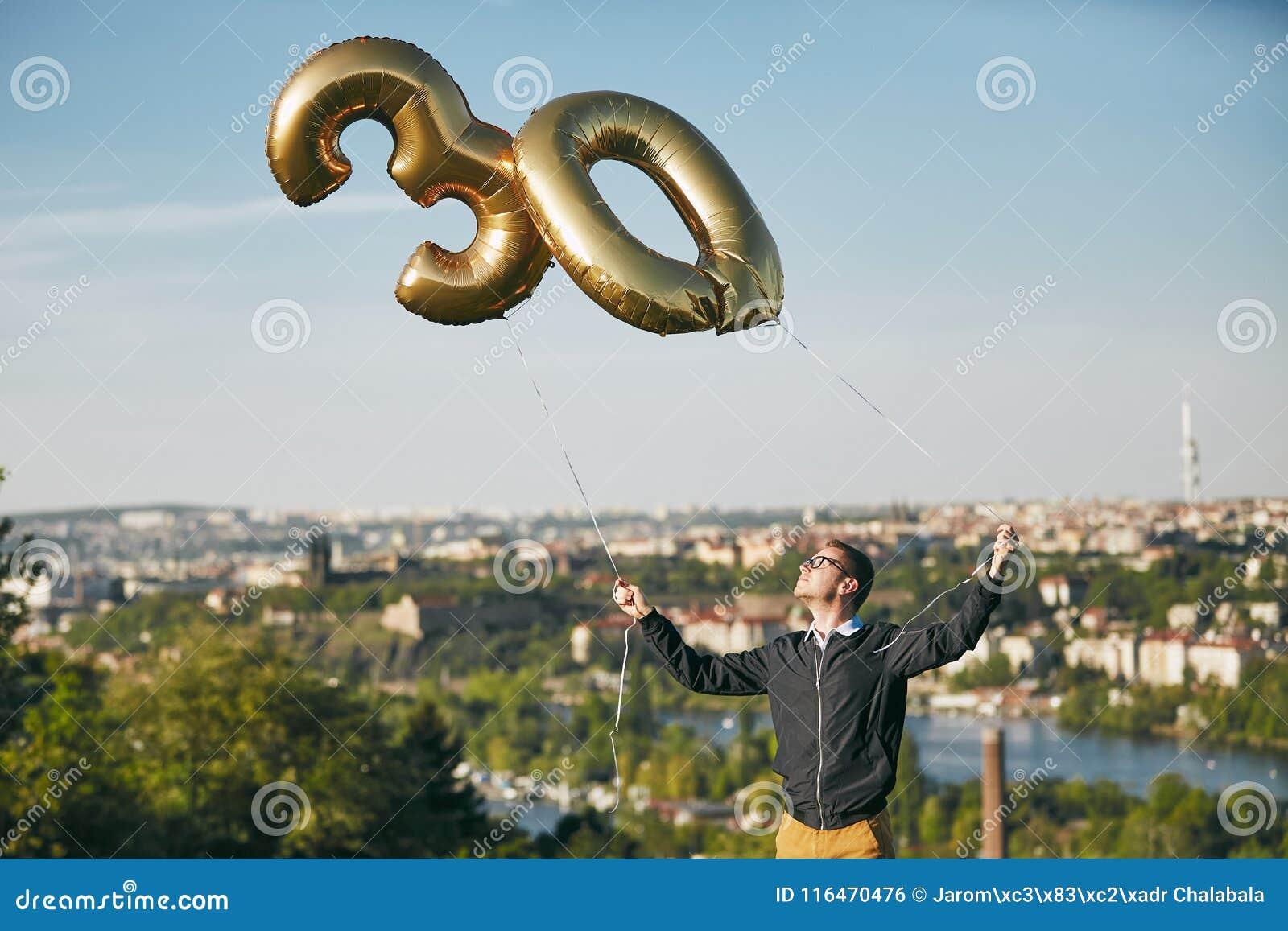 L uomo celebra trenta anni di compleanno