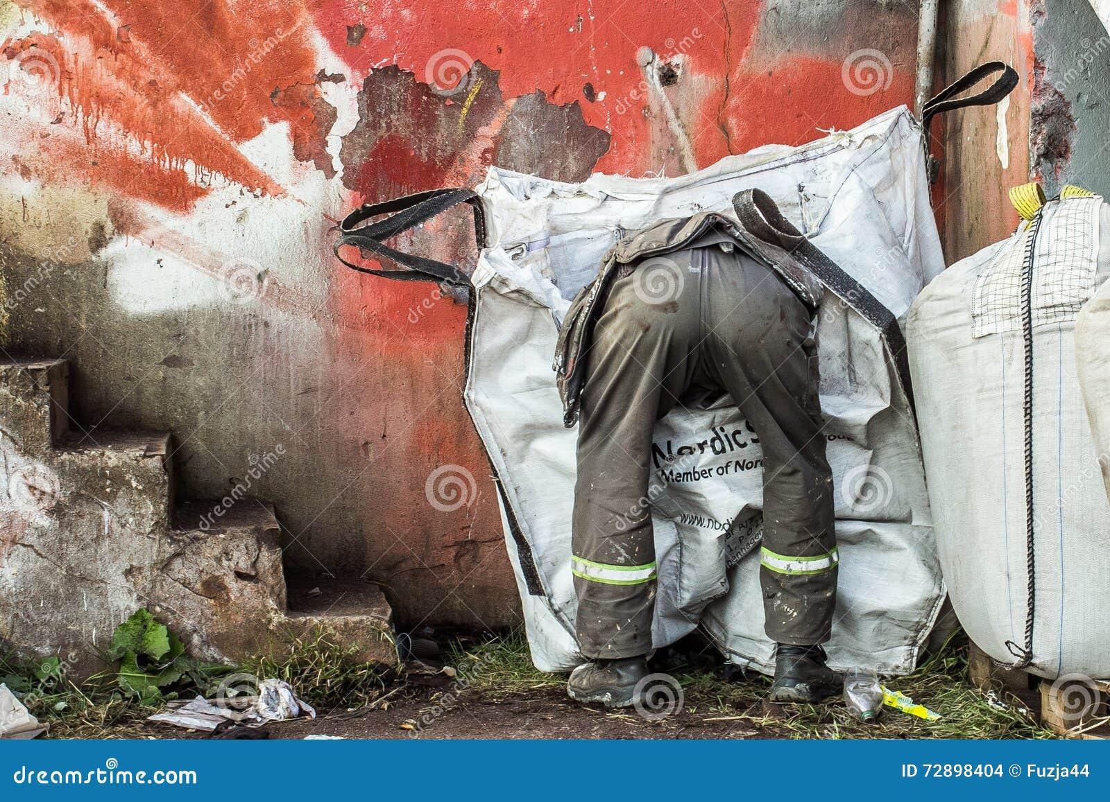 L uomo che guarda attraverso i rifiuti