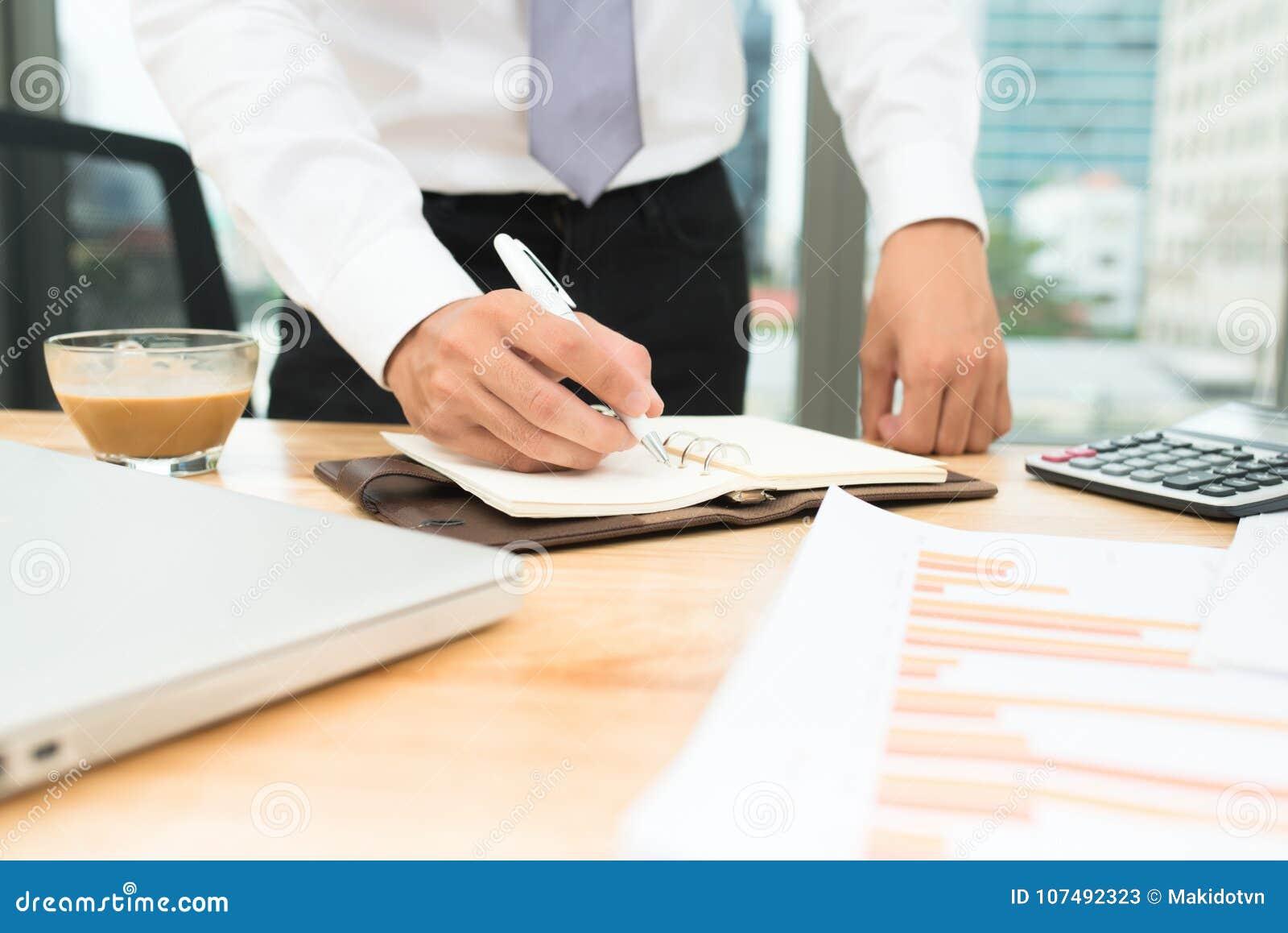 L uomo che per mezzo del calcolatore e calcola le fatture in Ministero degli Interni