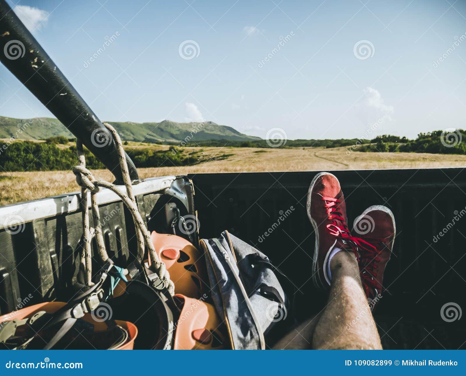 L uomo che si trova nella parte posteriore del camion