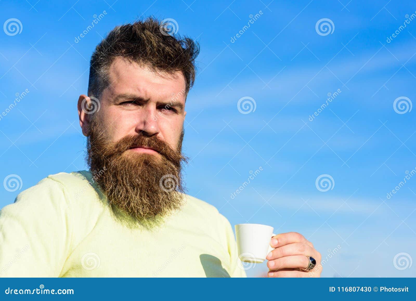 L uomo con la barba lunga gode del caffè Concetto del buongustaio del caffè Uomo barbuto con la tazza del caffè espresso, caffè d